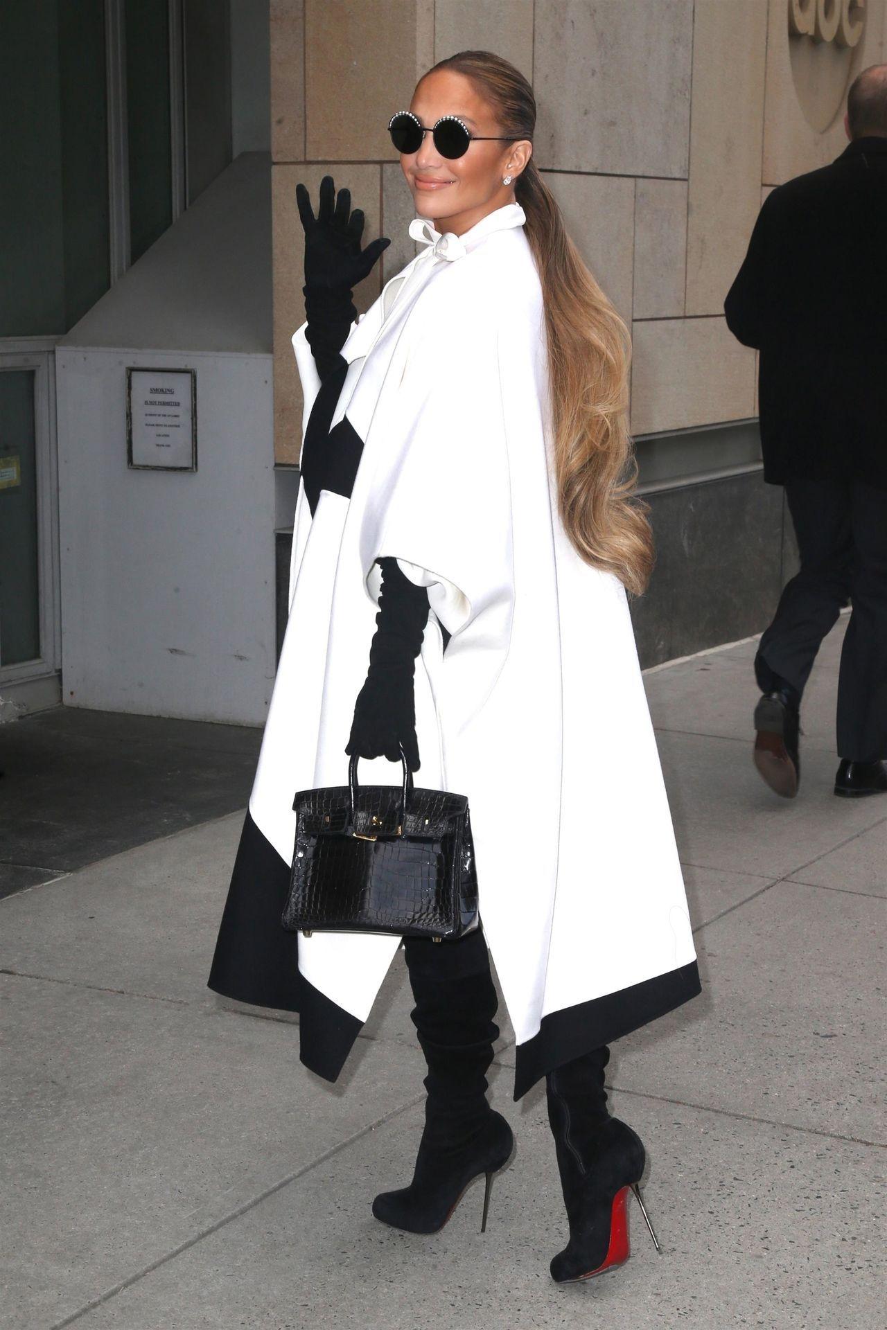 Jennifer Lopez w białym płaszczu