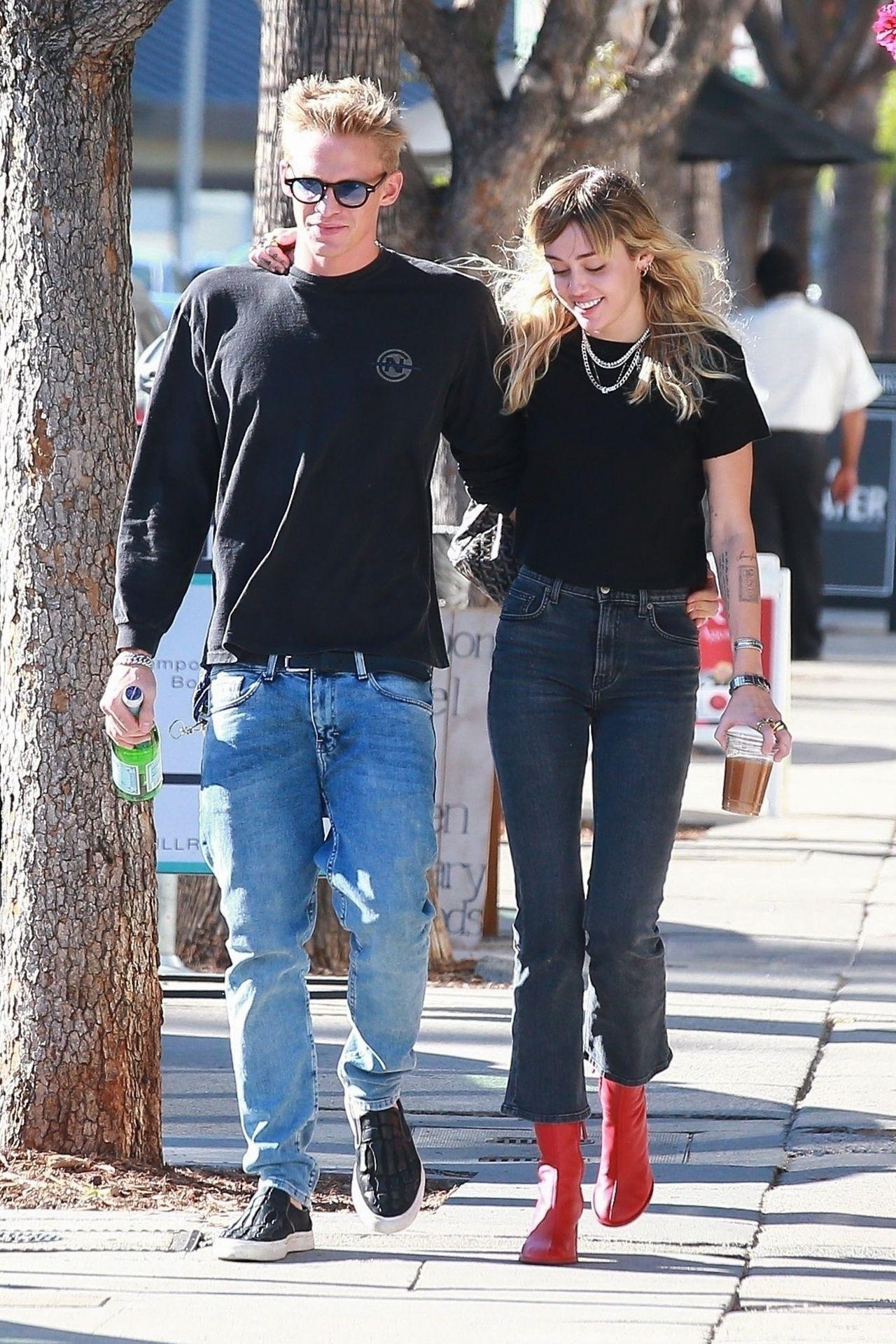 Miley Cyrus z chłopakiem na spacerze.