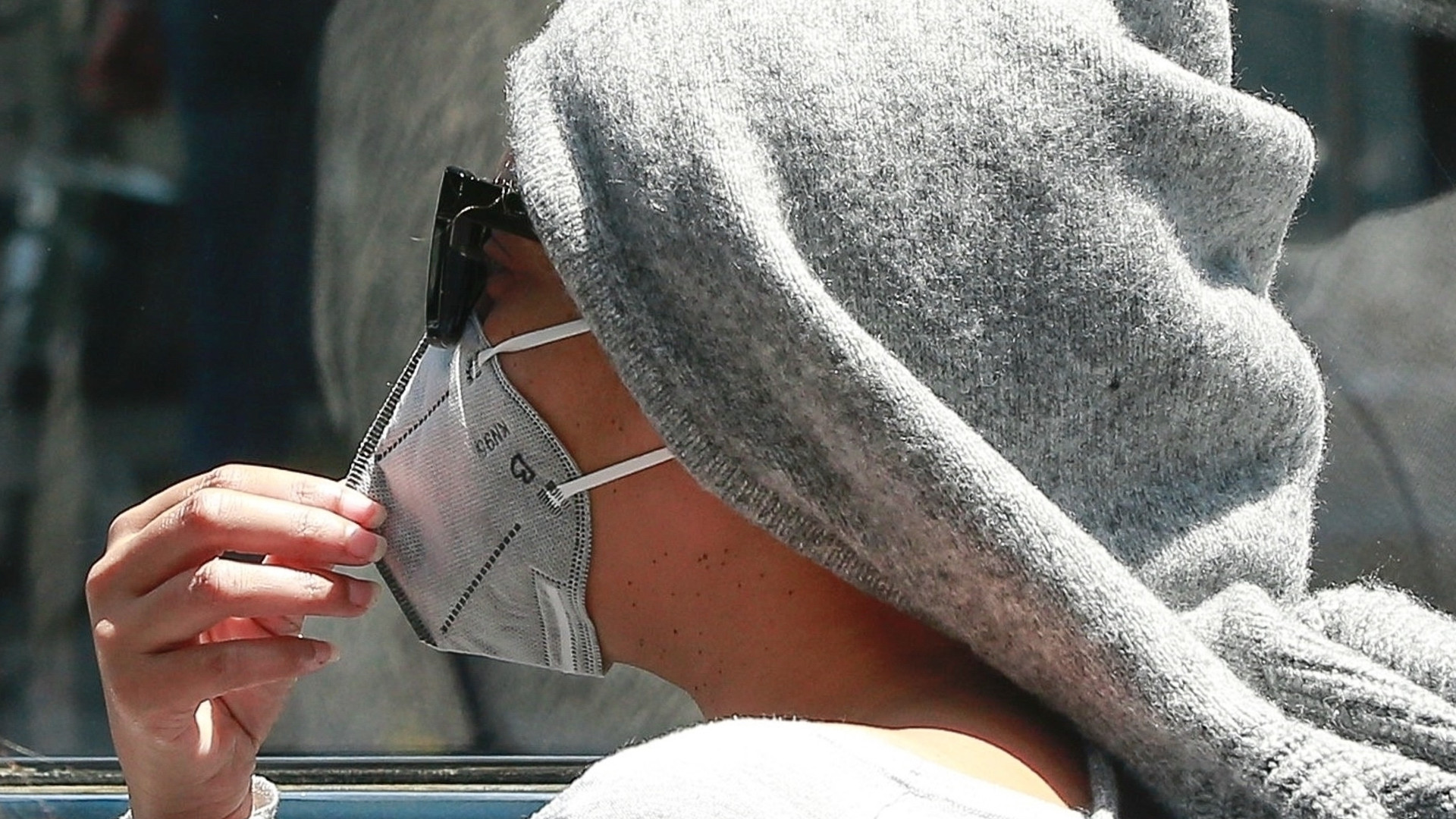 Zamaskowana Beyonce jedzie kabrioletem ulicami Beverly Hills (ZDJĘCIA)