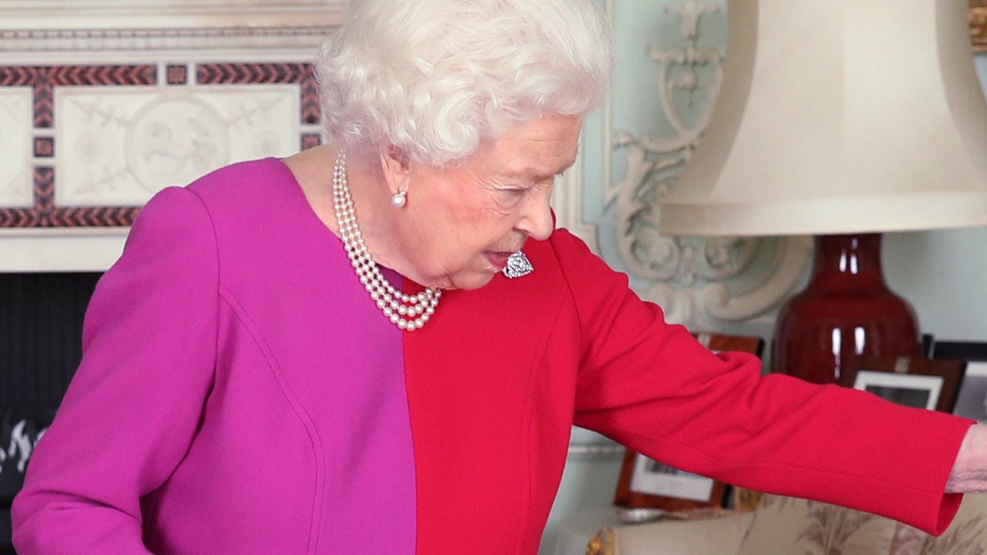 Królowa Elżbieta sama myje, czesze i układa włosy na kwarantannie