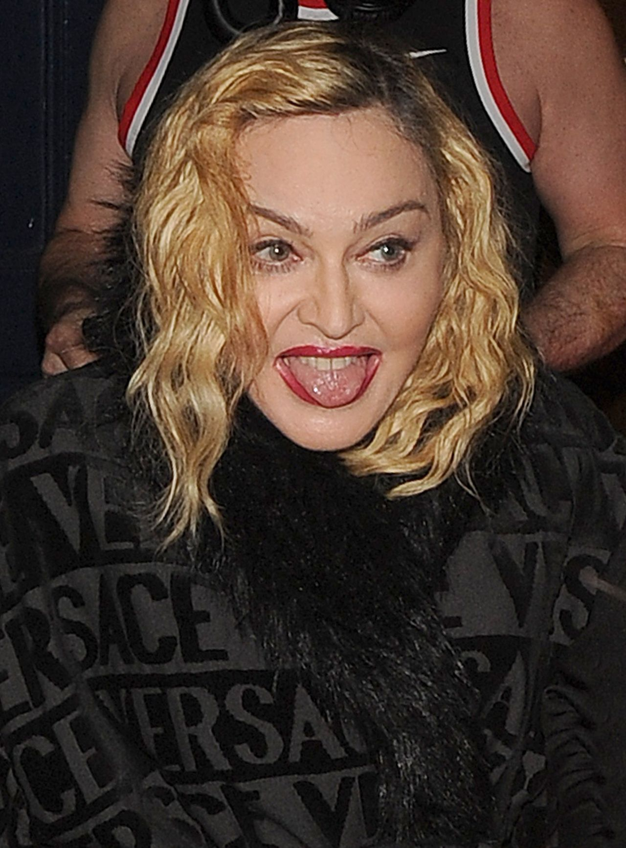 Madonna pokazuje język fotoreporterom.
