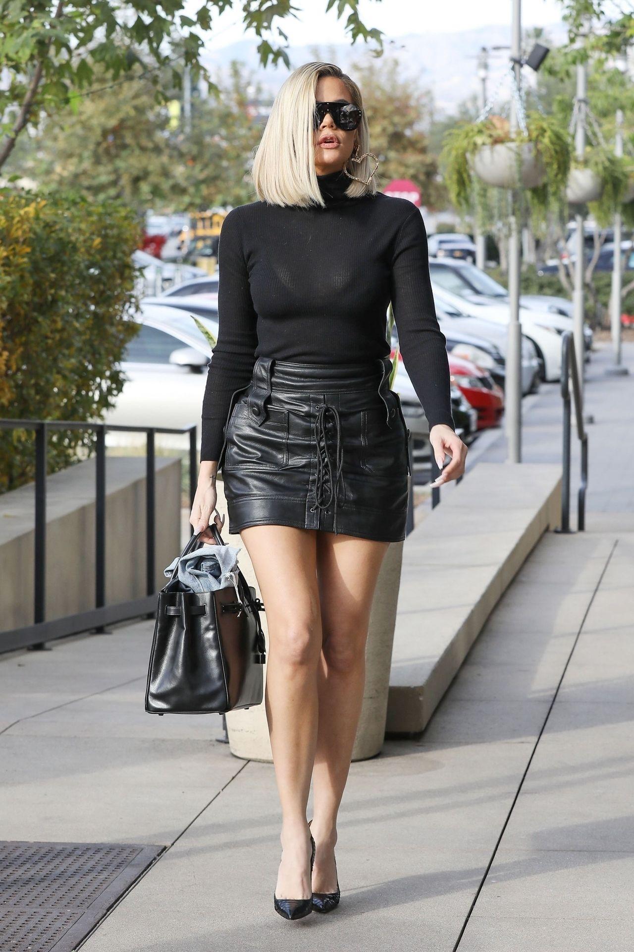 Czarna mini i obcisły golf - Khloe Kardashian w stylu lat 70.
