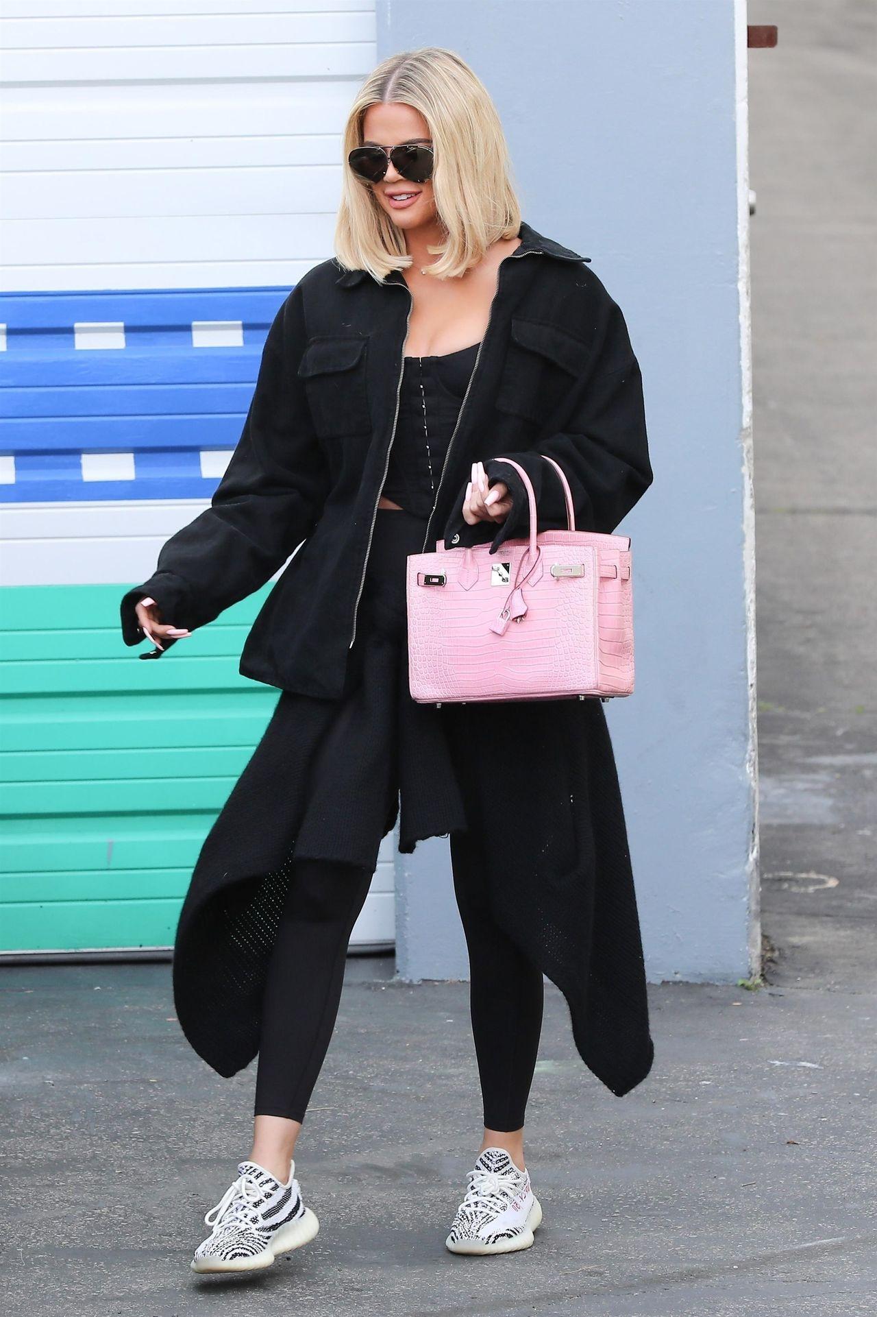 Nawet do sportowej stylówki na siłownię Khloe dobiera swoją ulubioną, różową torebkę Birkin