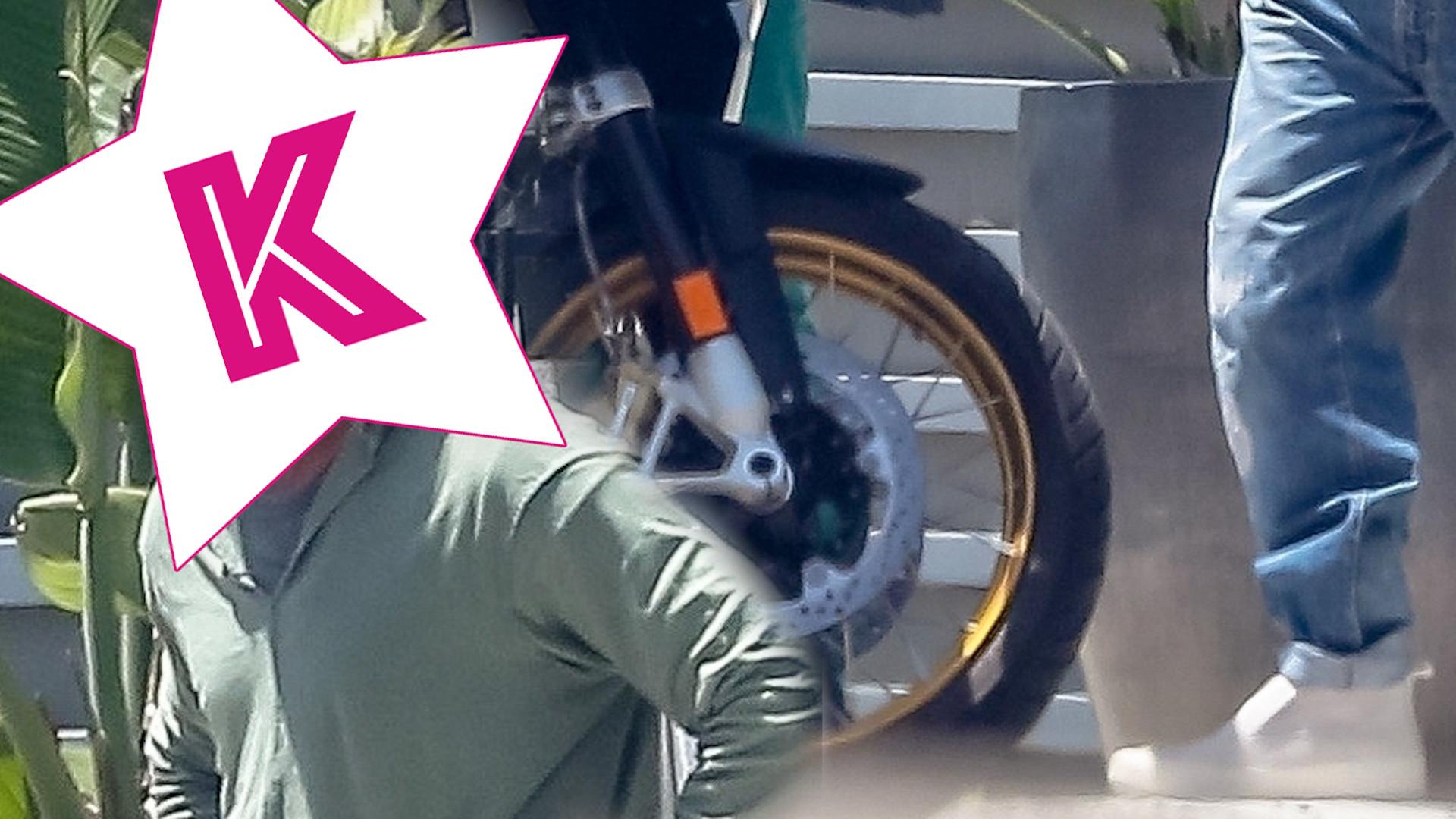 Dawno niewidziany Brad Pitt. Ogląda nowy motor kumpla z zespołu Red Hot Chili Peppers. (ZDJĘCIA)