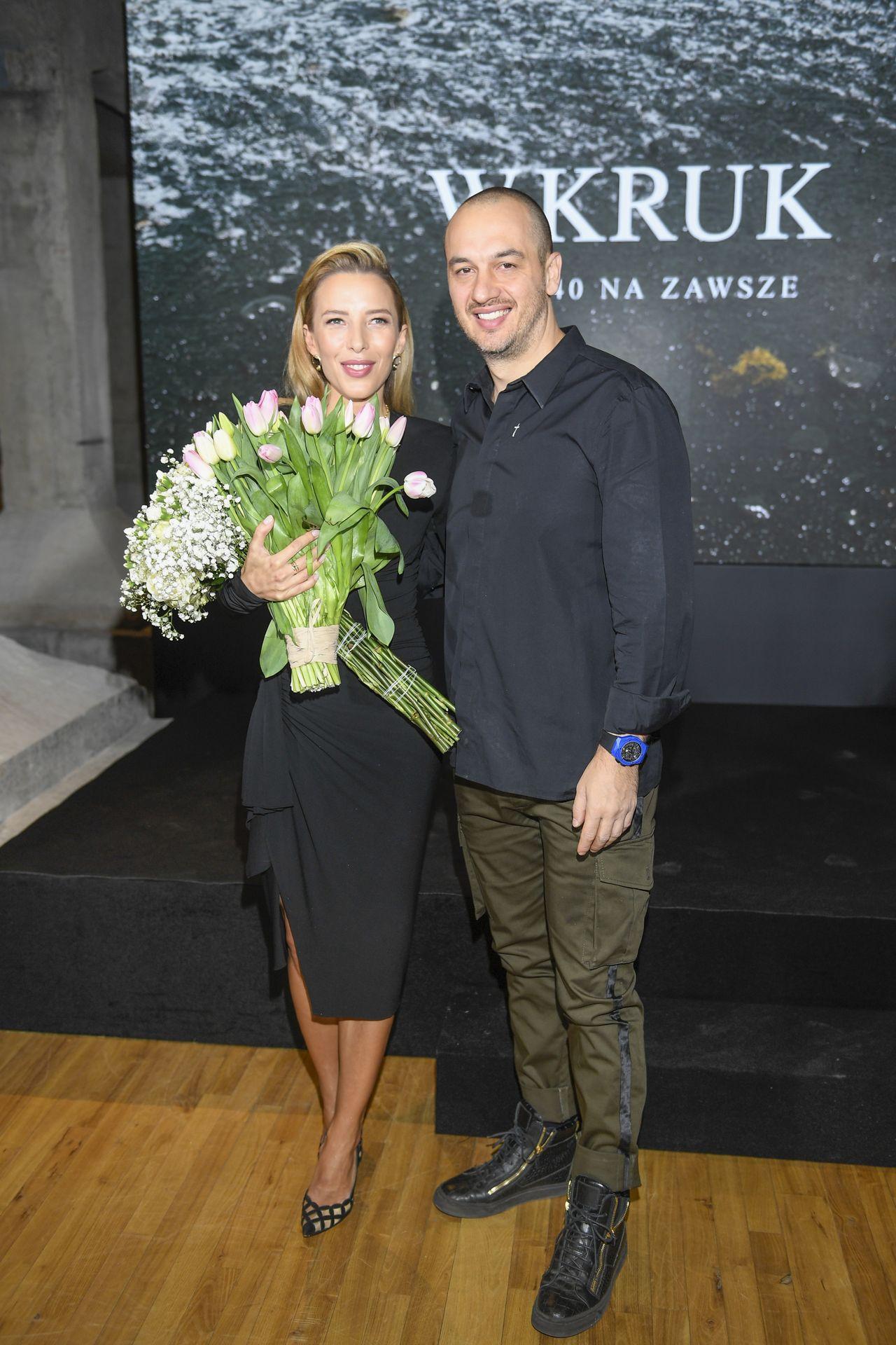 Ewa Chodakowska z mężem na ściance