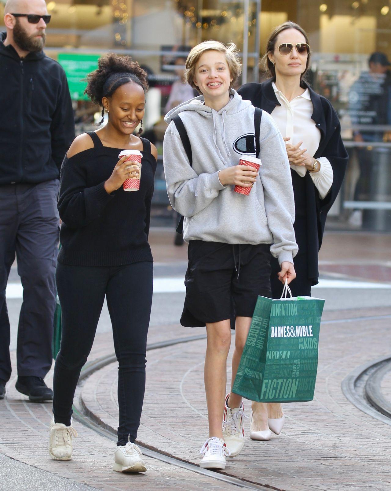 Angelina Jolie z córkami na zakupach.