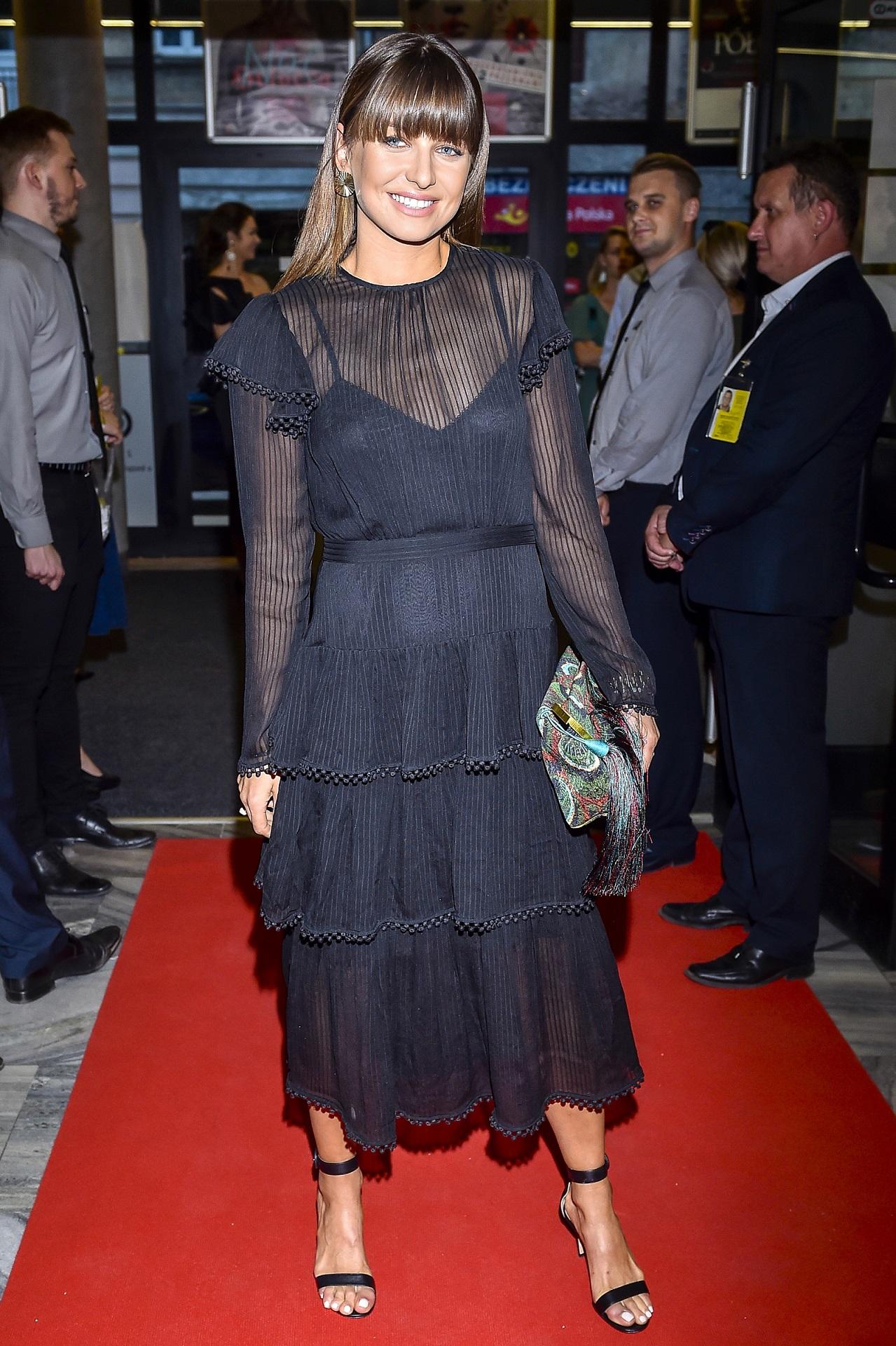 Anna Lewandowska w eleganckiej sukienki