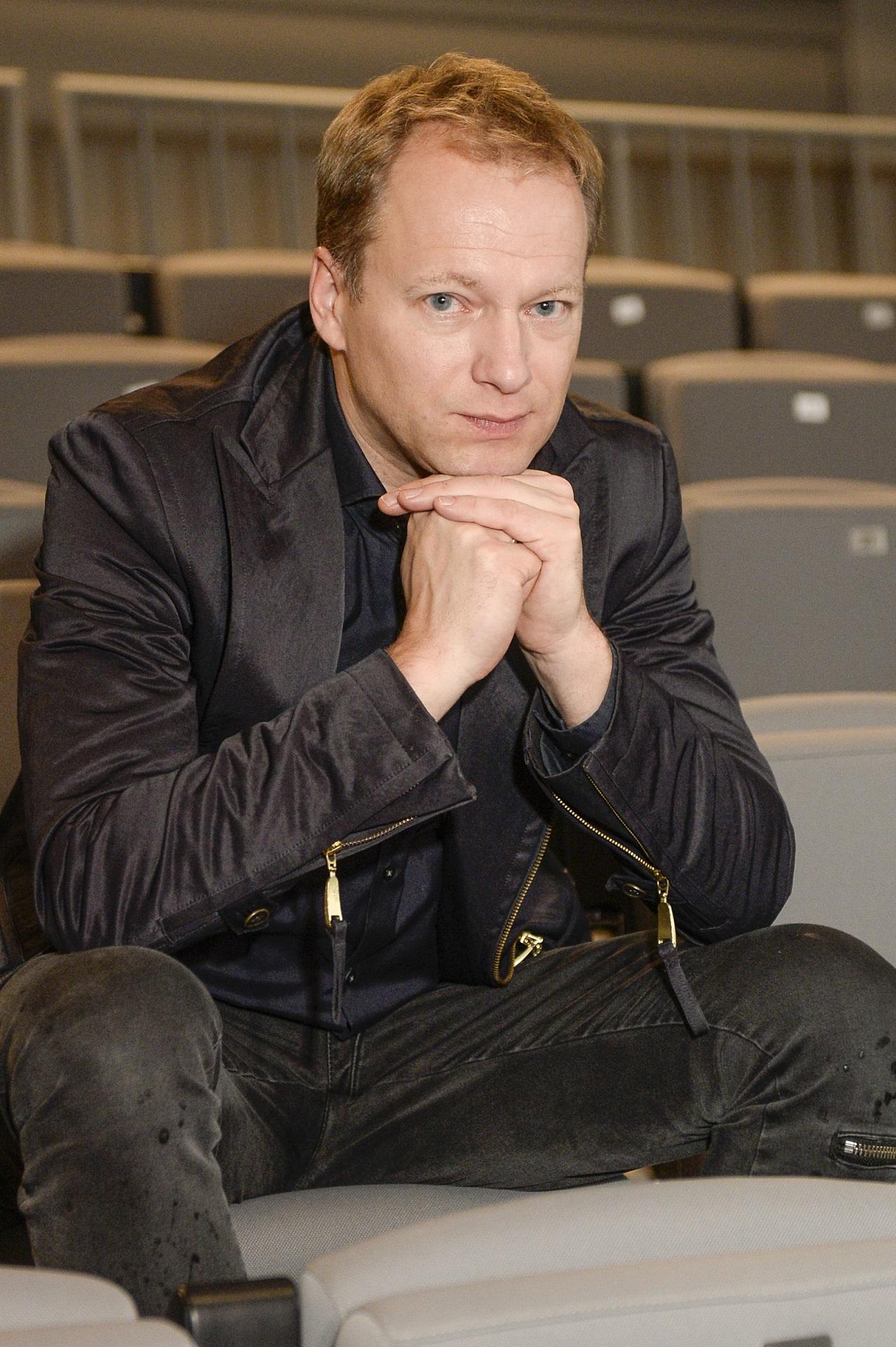 Maciej Stuhr na oficjalnym wystąpieniu.