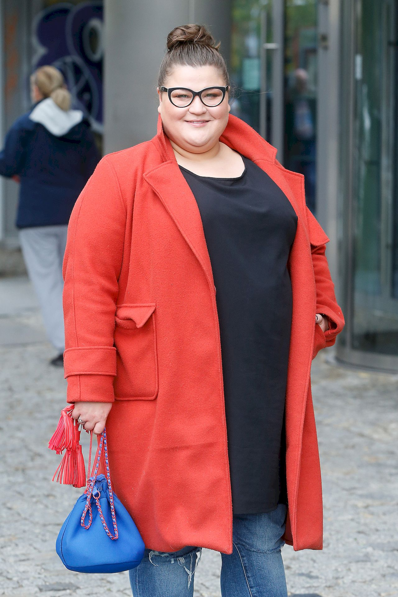 Dominika Gwit w czerwonym płaszczu