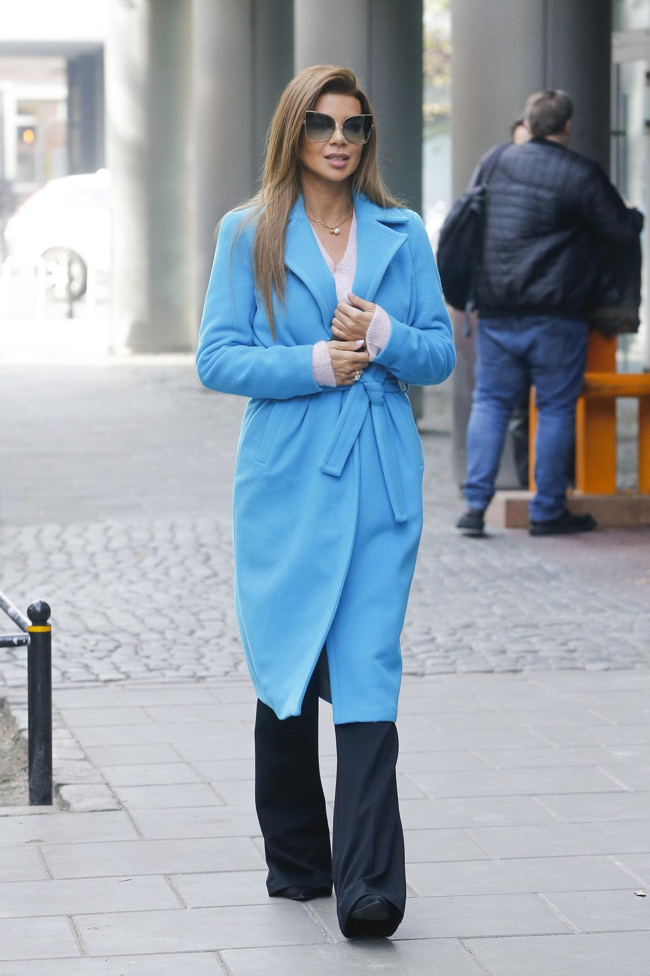 Edyta Górniak w niebieskim płaszczu i eleganckich dzwonach.