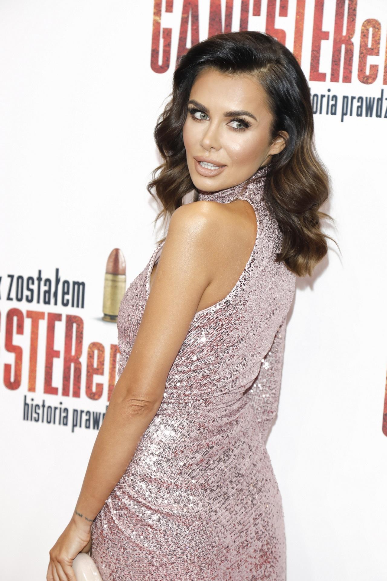Natalia Siwiec w błyszczącej sukni pozuje na ściance.