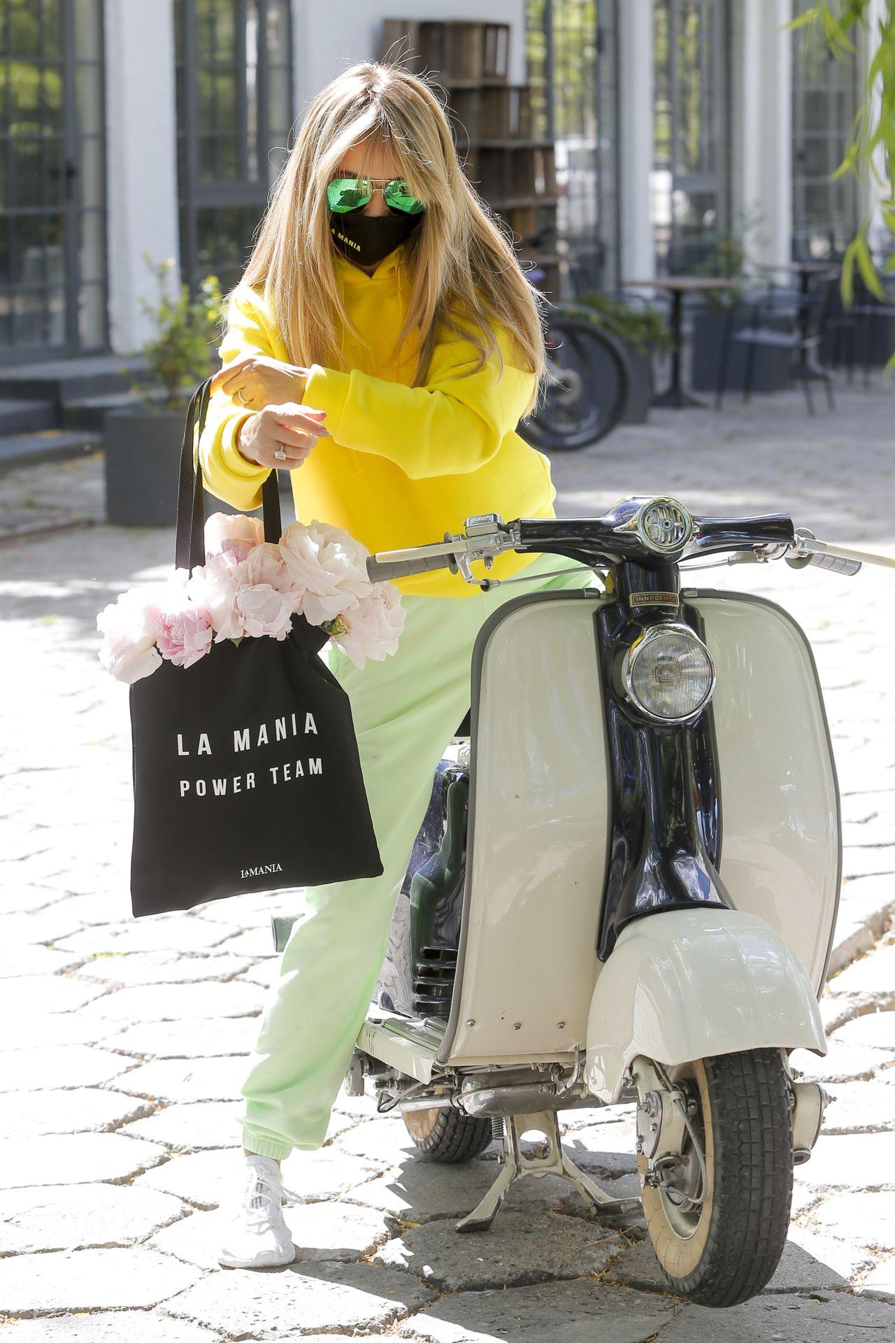 Joanna Przetakiewicz na skuterze w wiosennej stylizacji