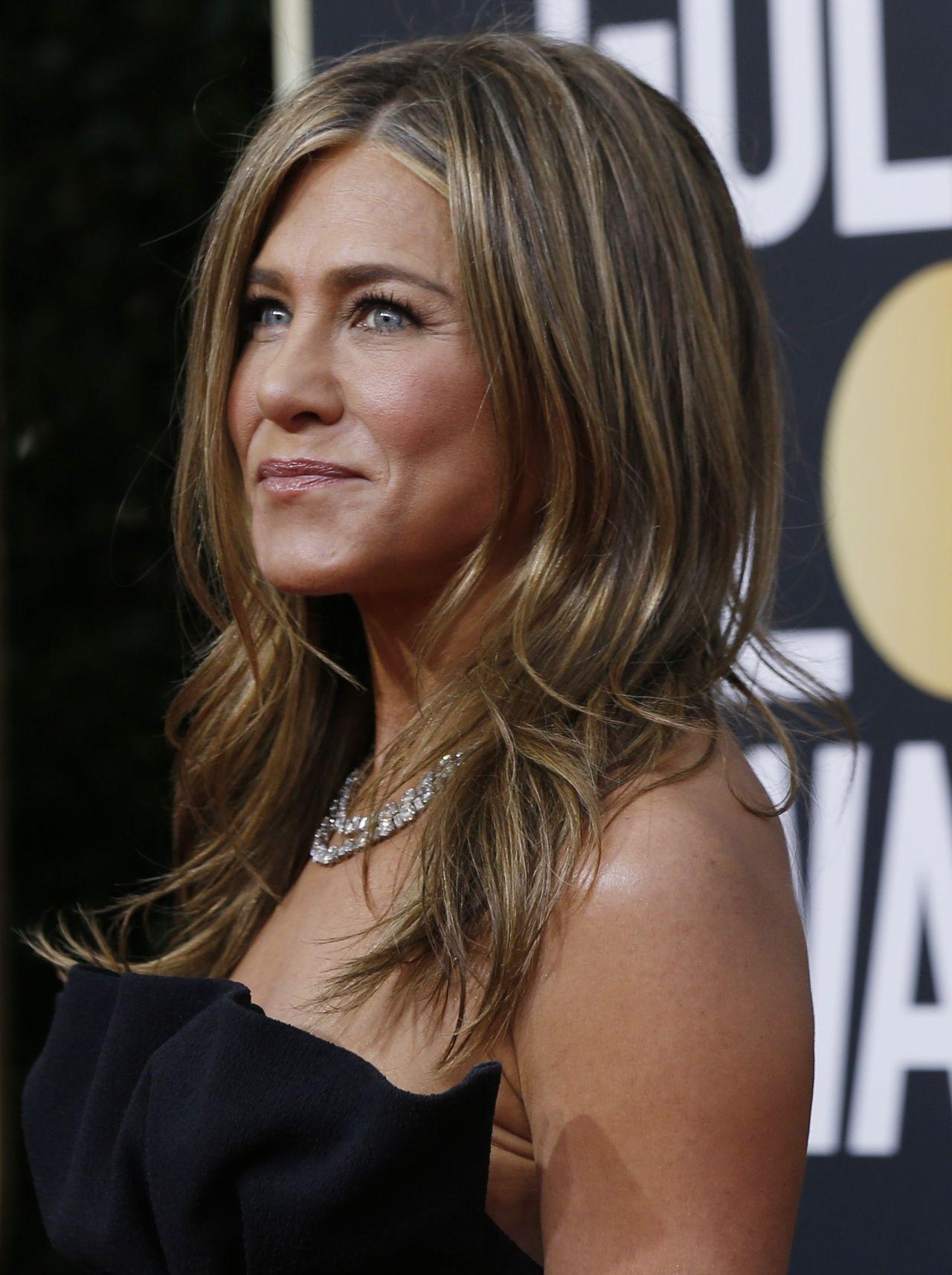 Jennifer Aniston w czarnej sukni na rozdaniu Złotych Globów.