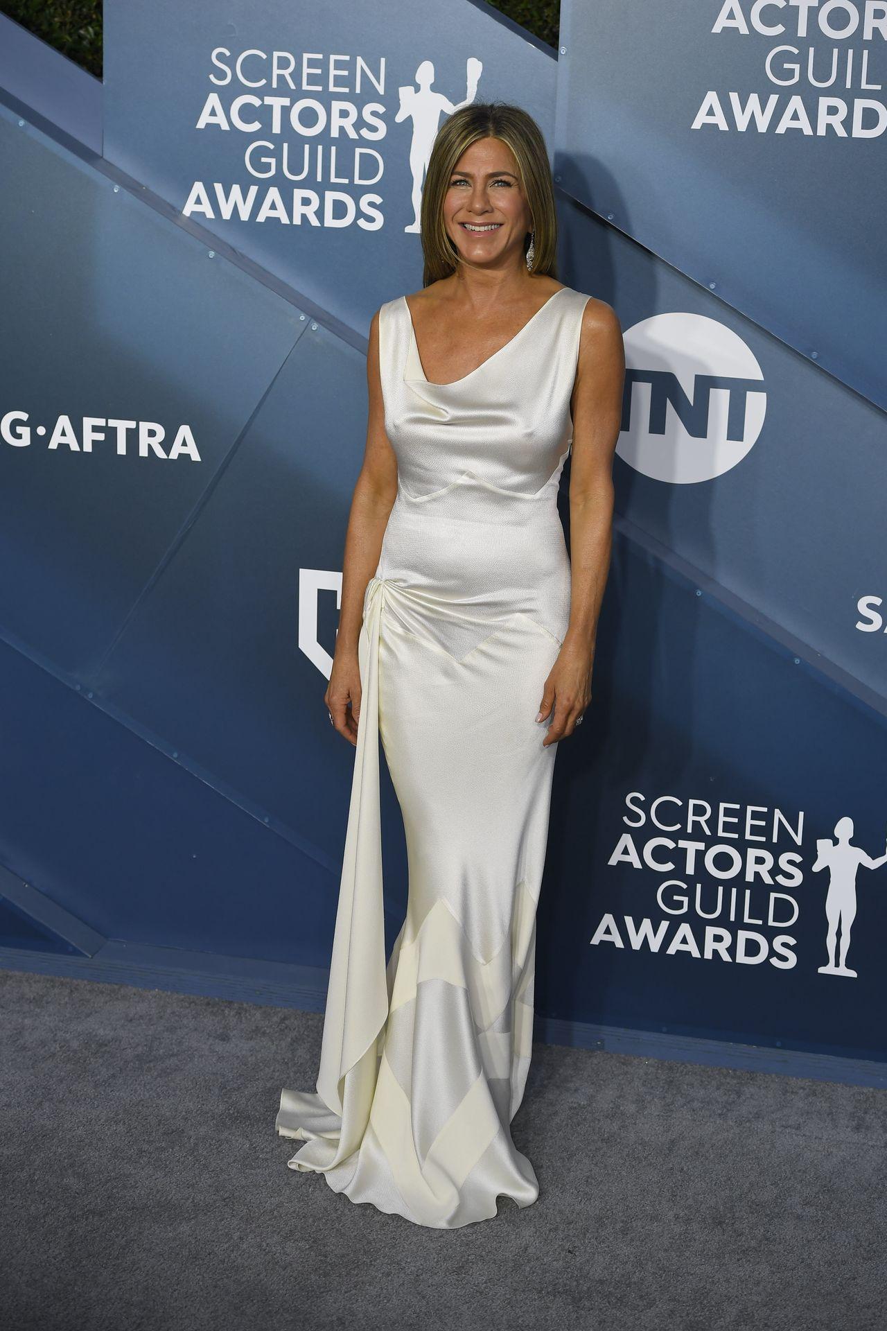 Jennifer Aniston w satynowej kreacji na czerwonym dywanie.