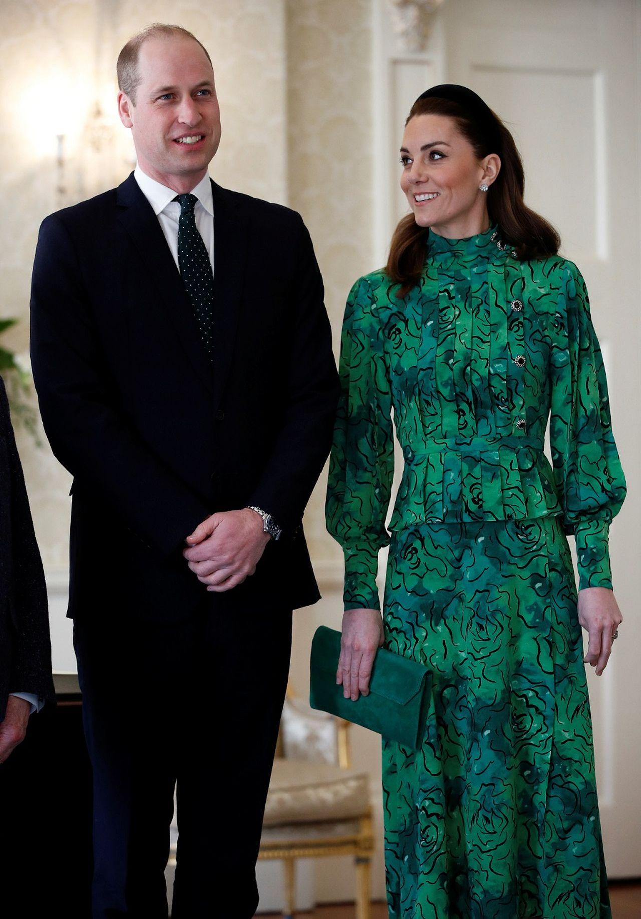 księżę William w garniturze i księżna Kate w zielonej sukience