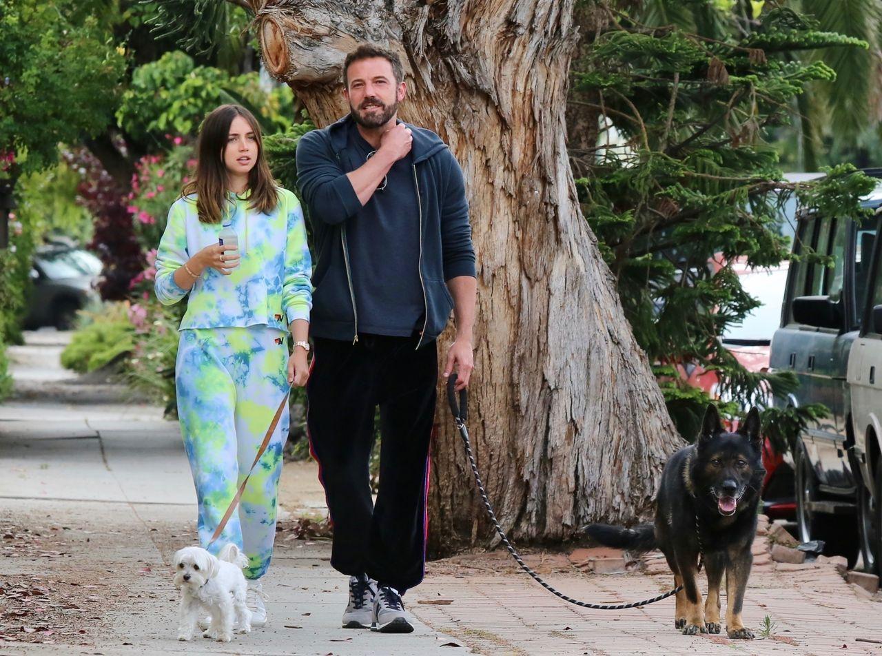 Ben Affleck i Ana de Armas na spacerze z psami