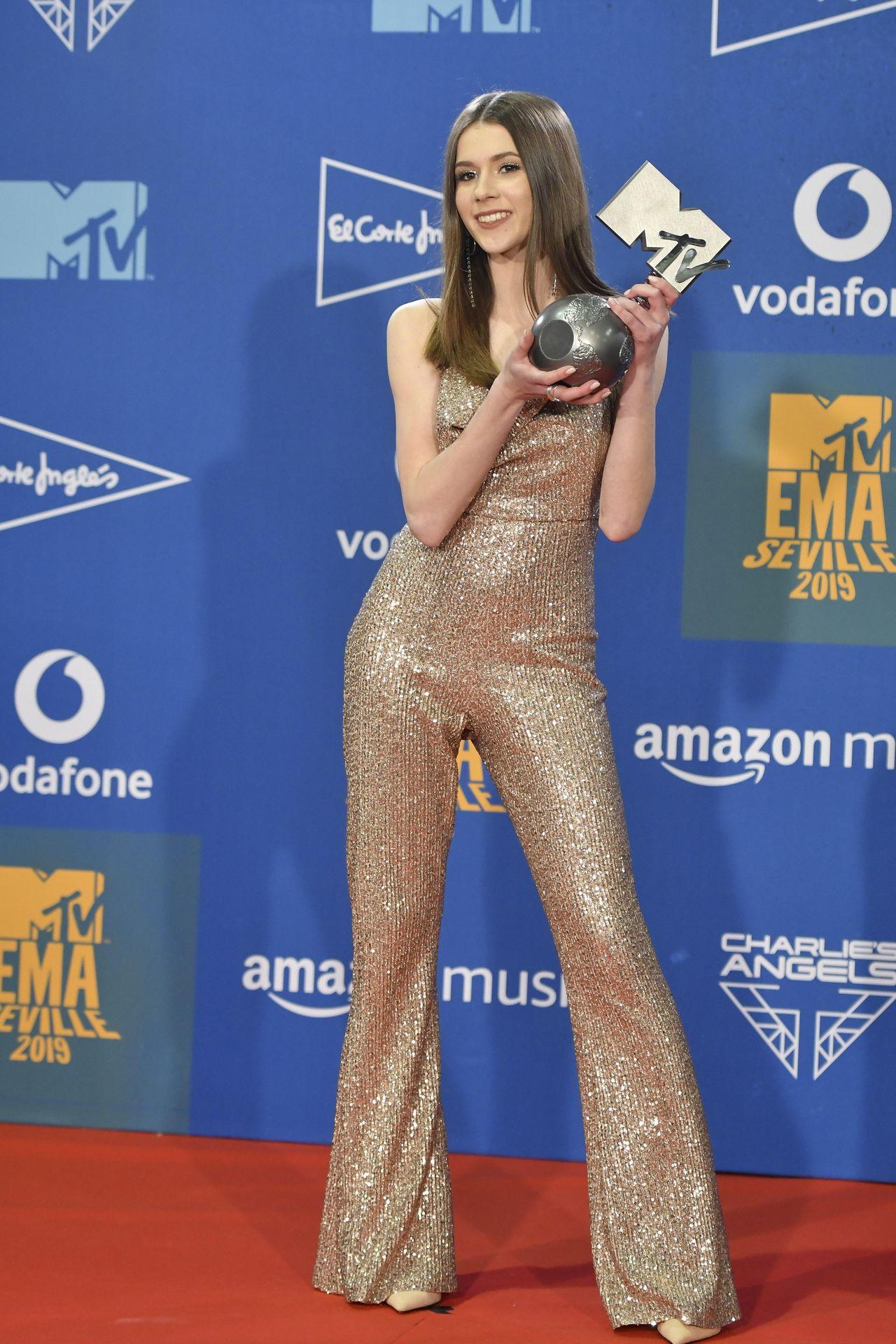 Roksana Węgiel pozuje z nagrodą MTV na czerwonym dywanie.