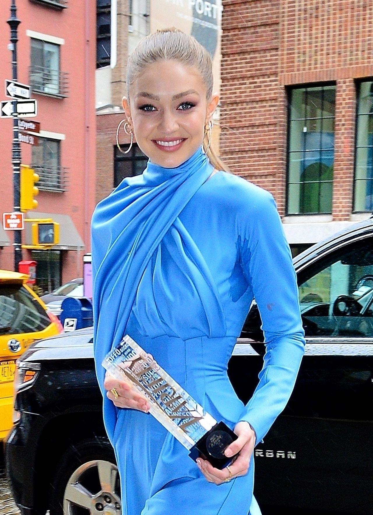 Gigi Hadid w niebieskim komplecie.
