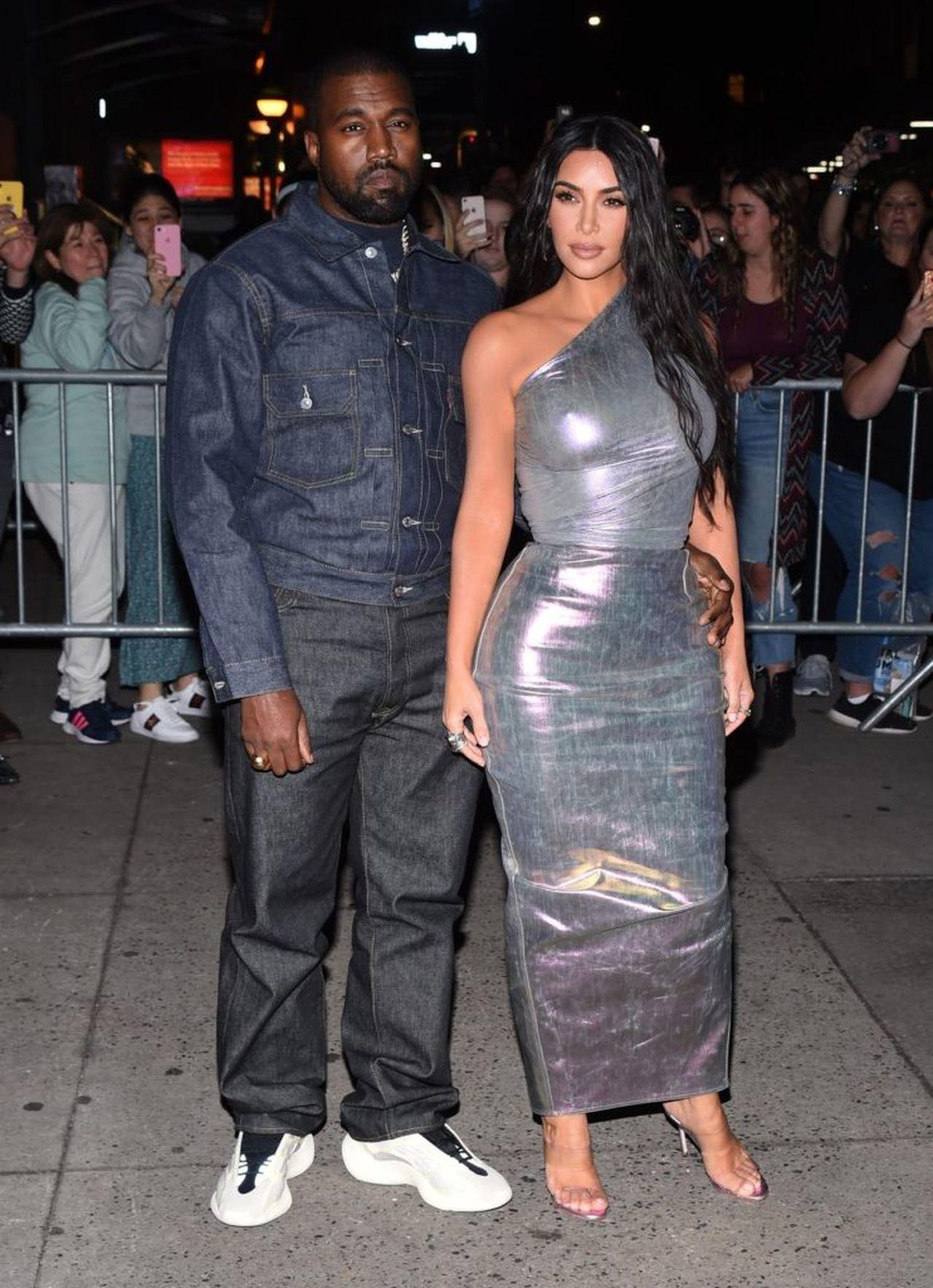 Kim Kardashian i Kanye West na imprezie branżowej.