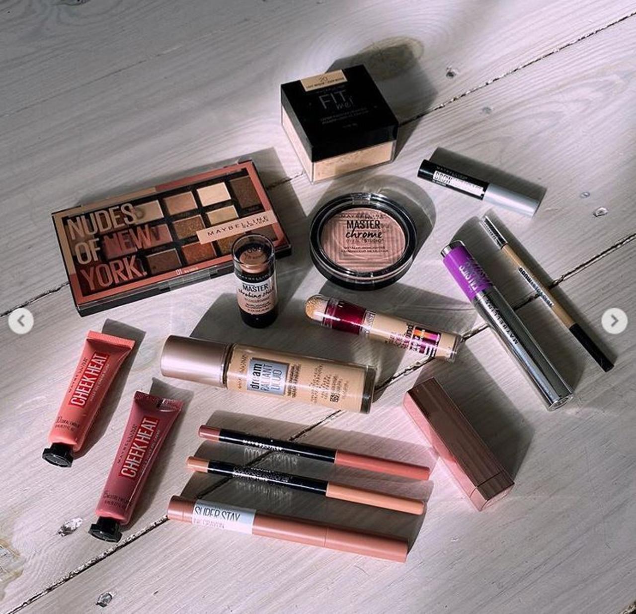 Kosmetyki Gigi Hadid, którymi zrobiła rozświetlający makijaż.