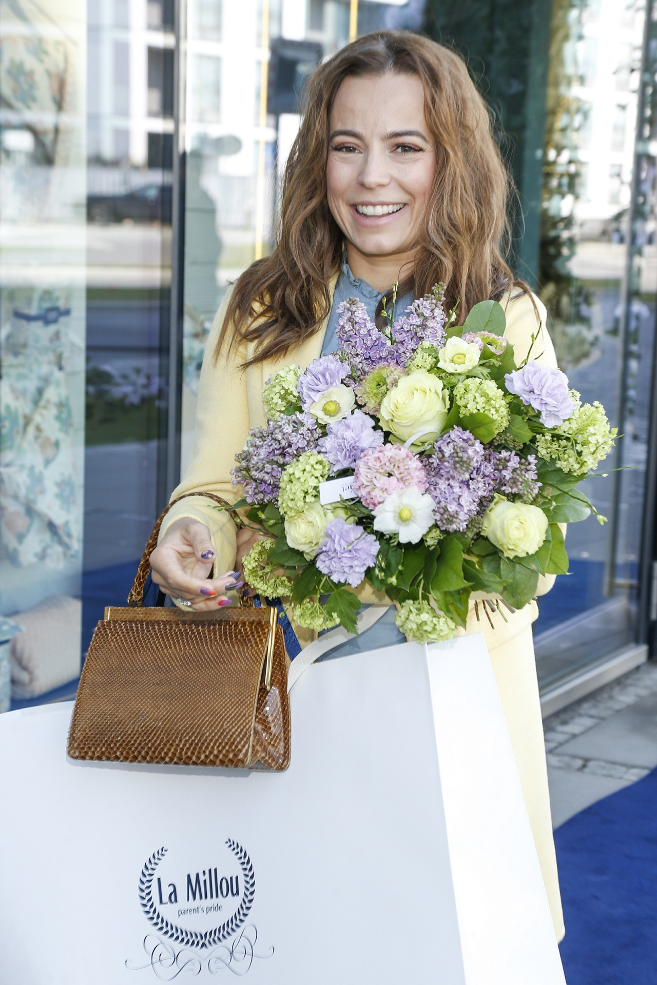 Anna Mucha z bukietem kwiatów.