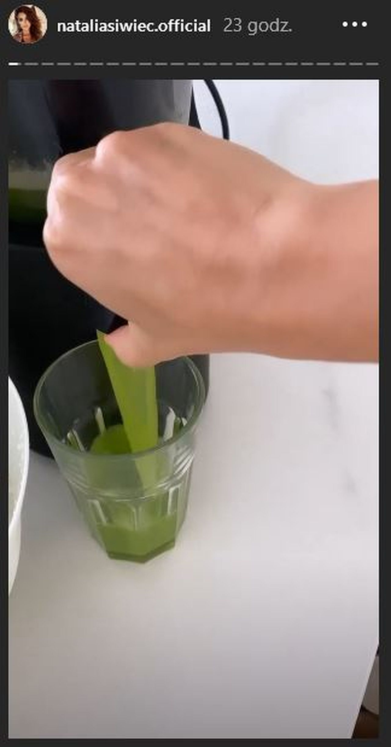 Natalia Siwiec pije sok z selera