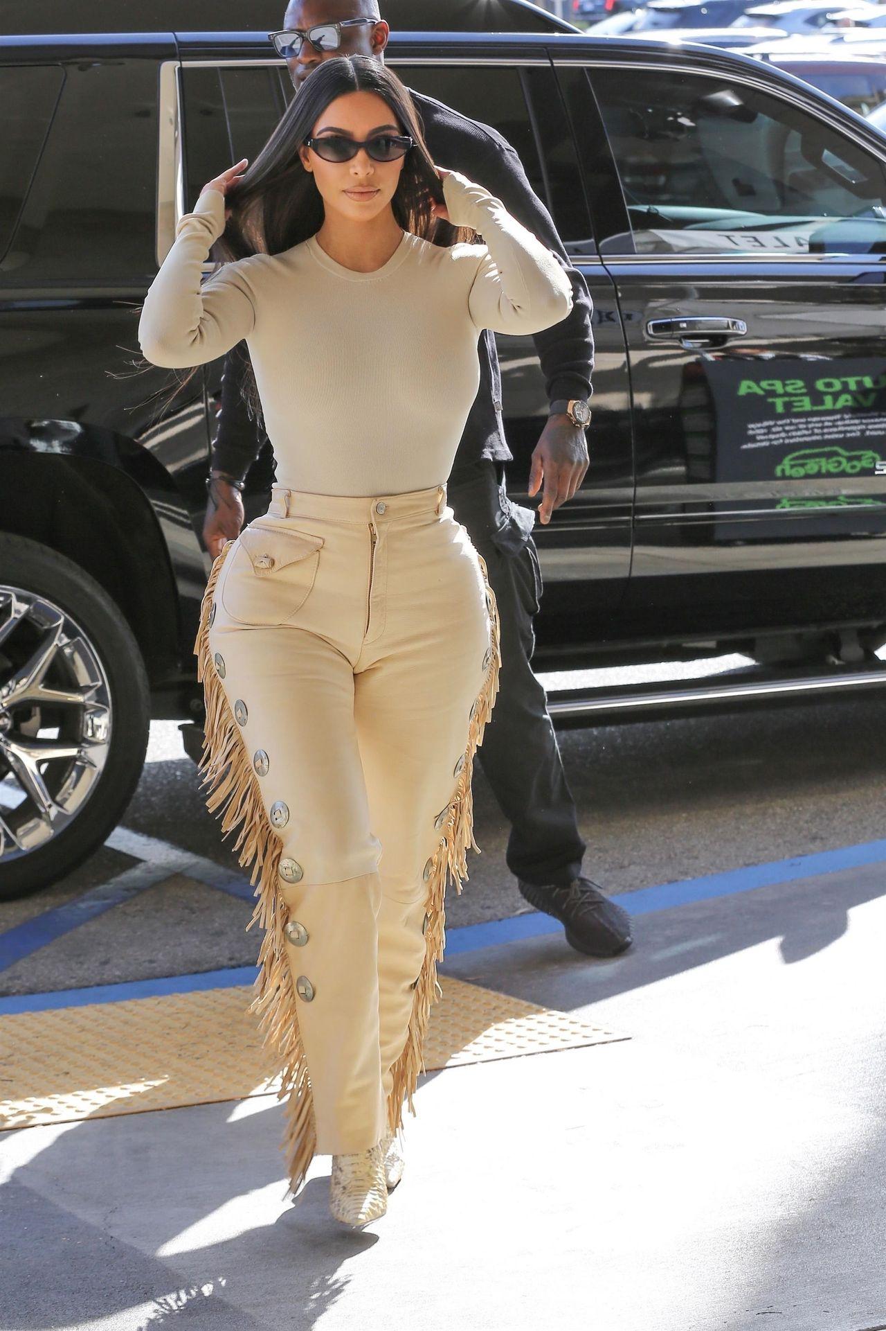 Kim Kardashian w beżowej stylizacji podkreśliła swoje kształty.