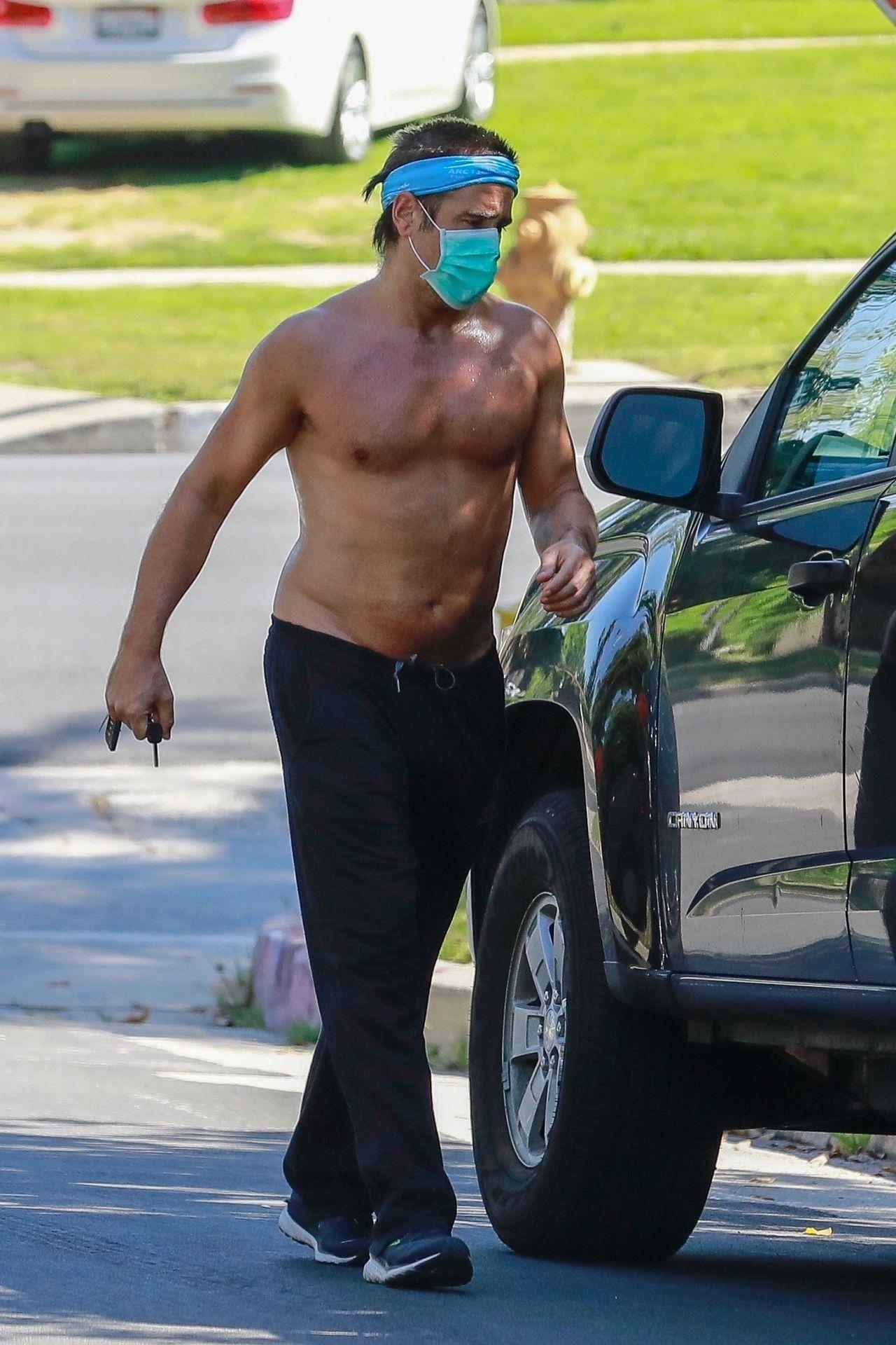 Colin Farrell trenuje na kwarantannie bez koszulki
