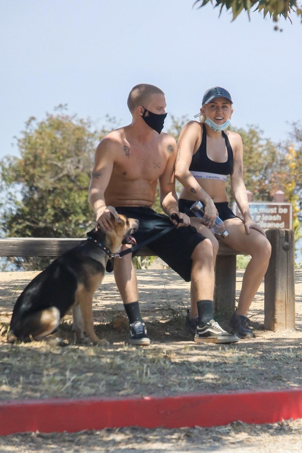Miley Cyrus i Cody Simpson na spacerze z psem Bo. Zaadoptowali go w marcu.