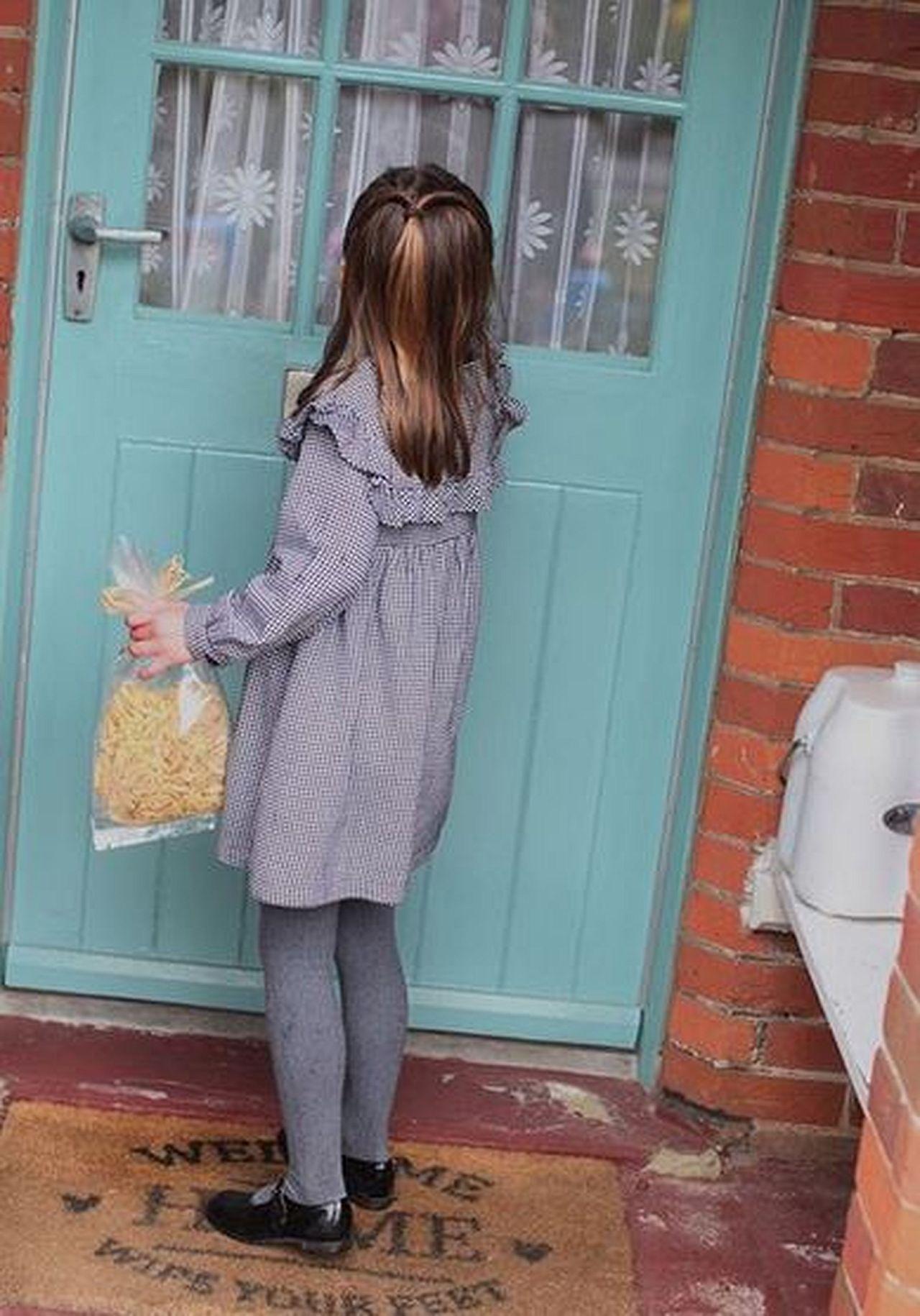 Księżniczka Charlotte pomaga w roznoszeniu posiłków dla potrzebujących