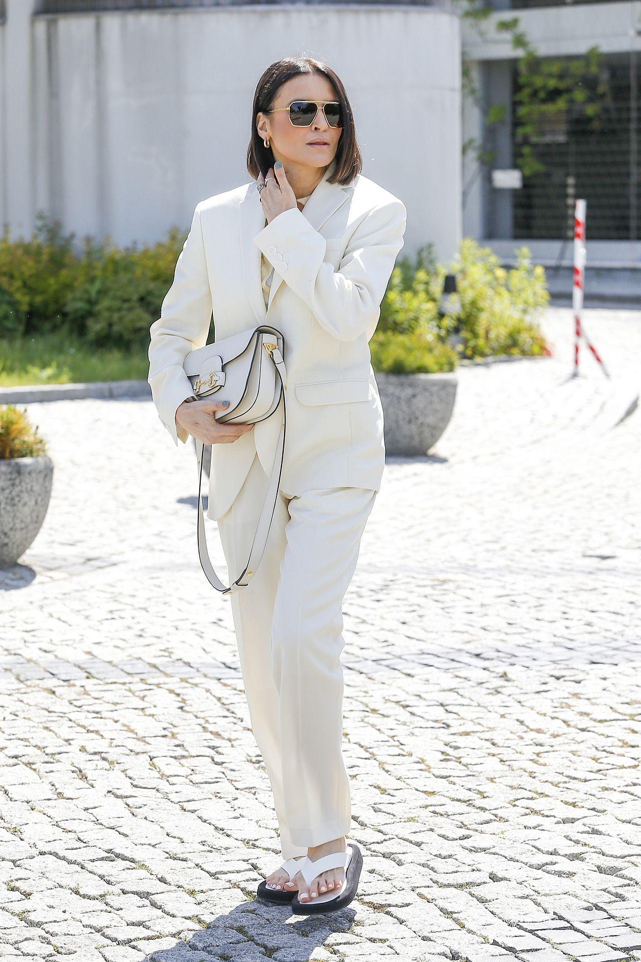 Joanna Horodyńska w jasnym garniturze