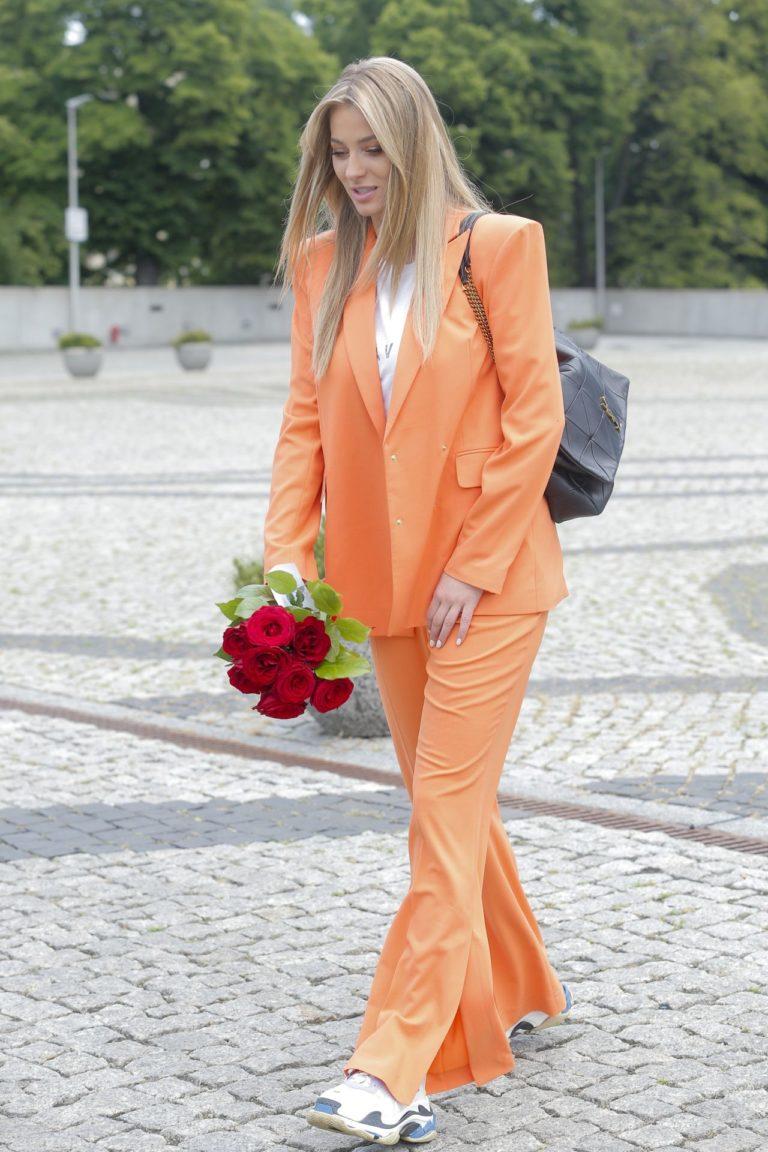 Marcelina Zawadzka w pomarańczowym garniturze