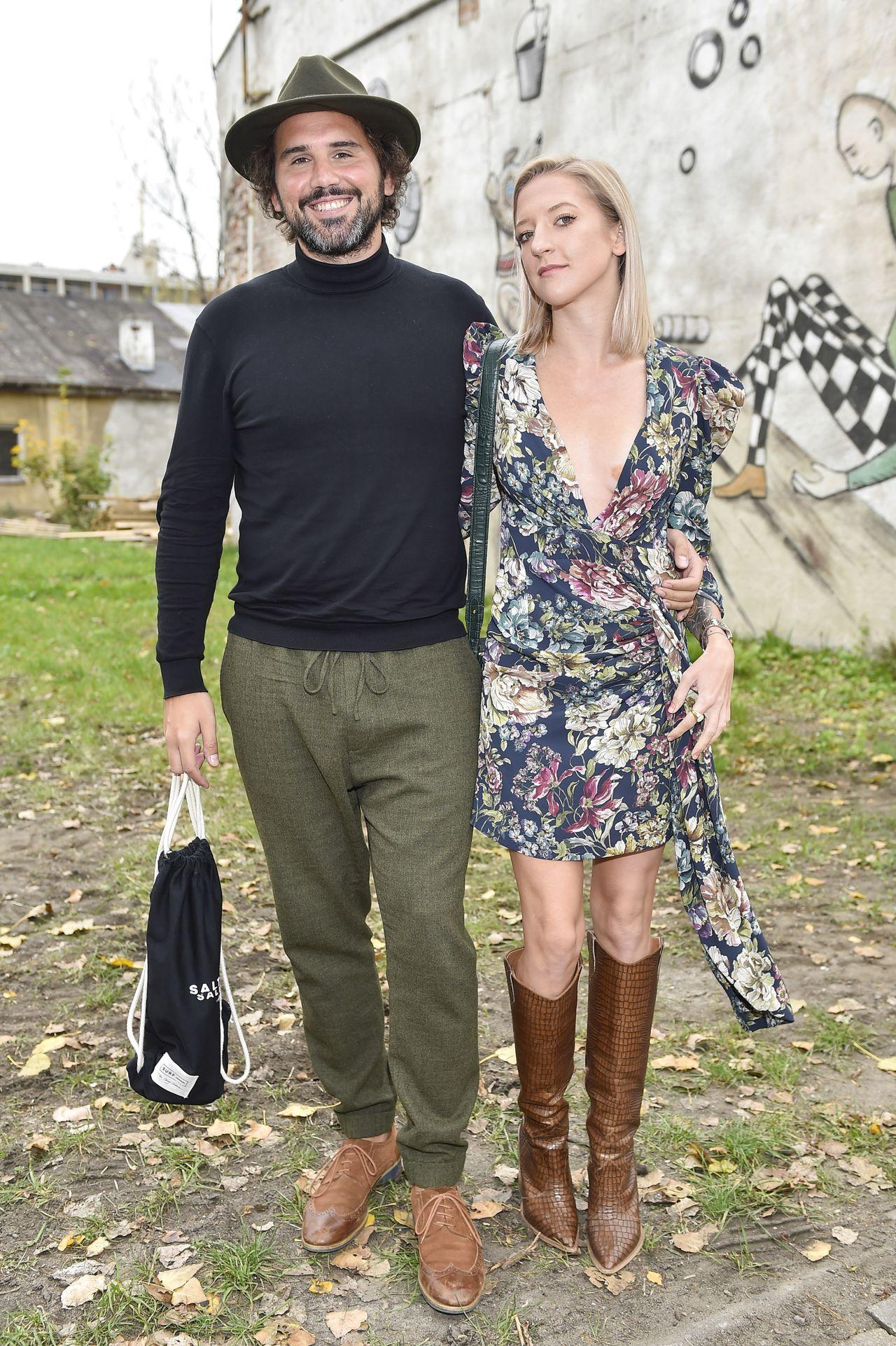 Lara Gessler w krótkiej mini i Piotr Szeląg razem na imprezie.