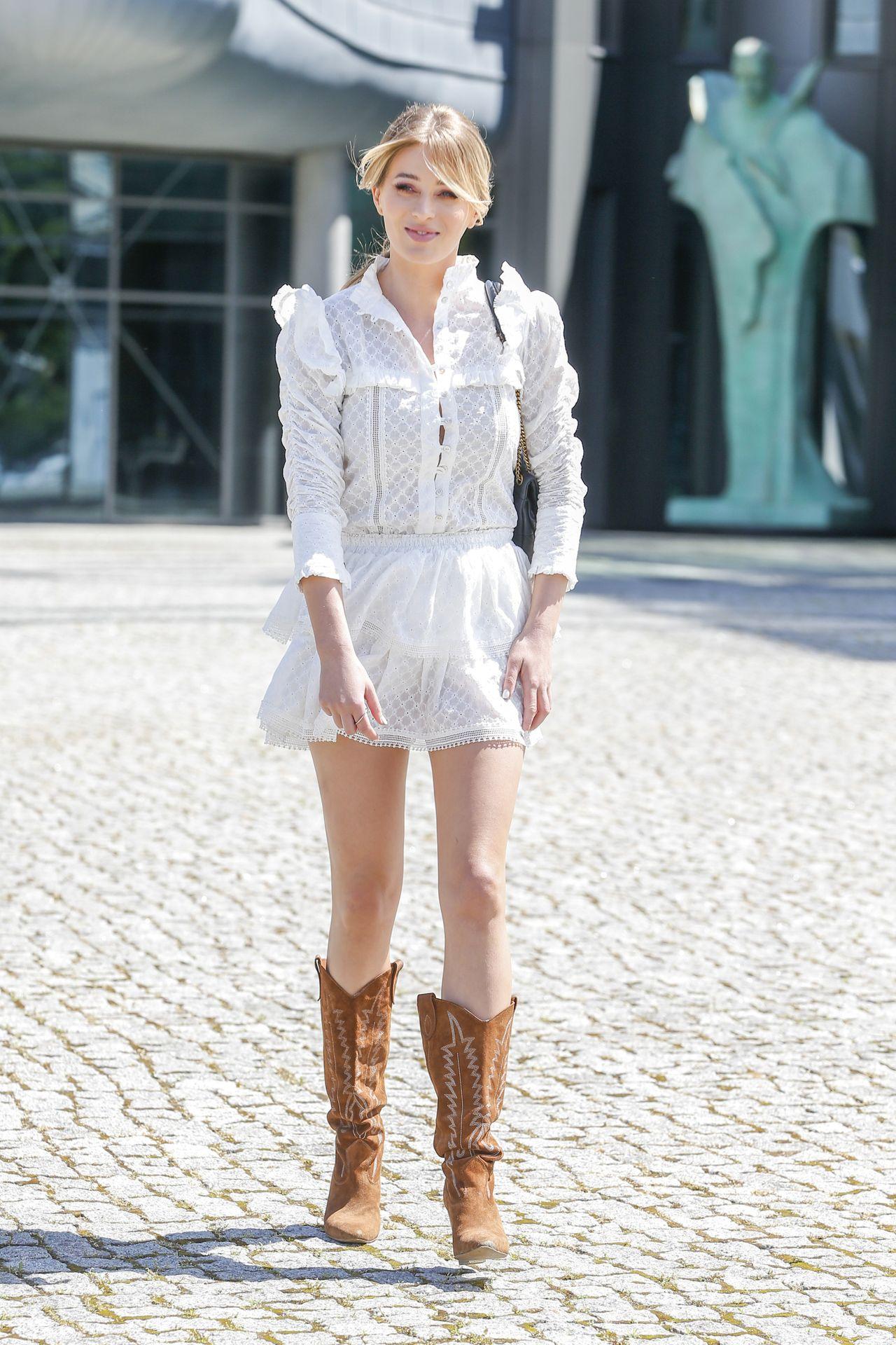 Marcelina Zawadzka w białej mini i kowbojkach