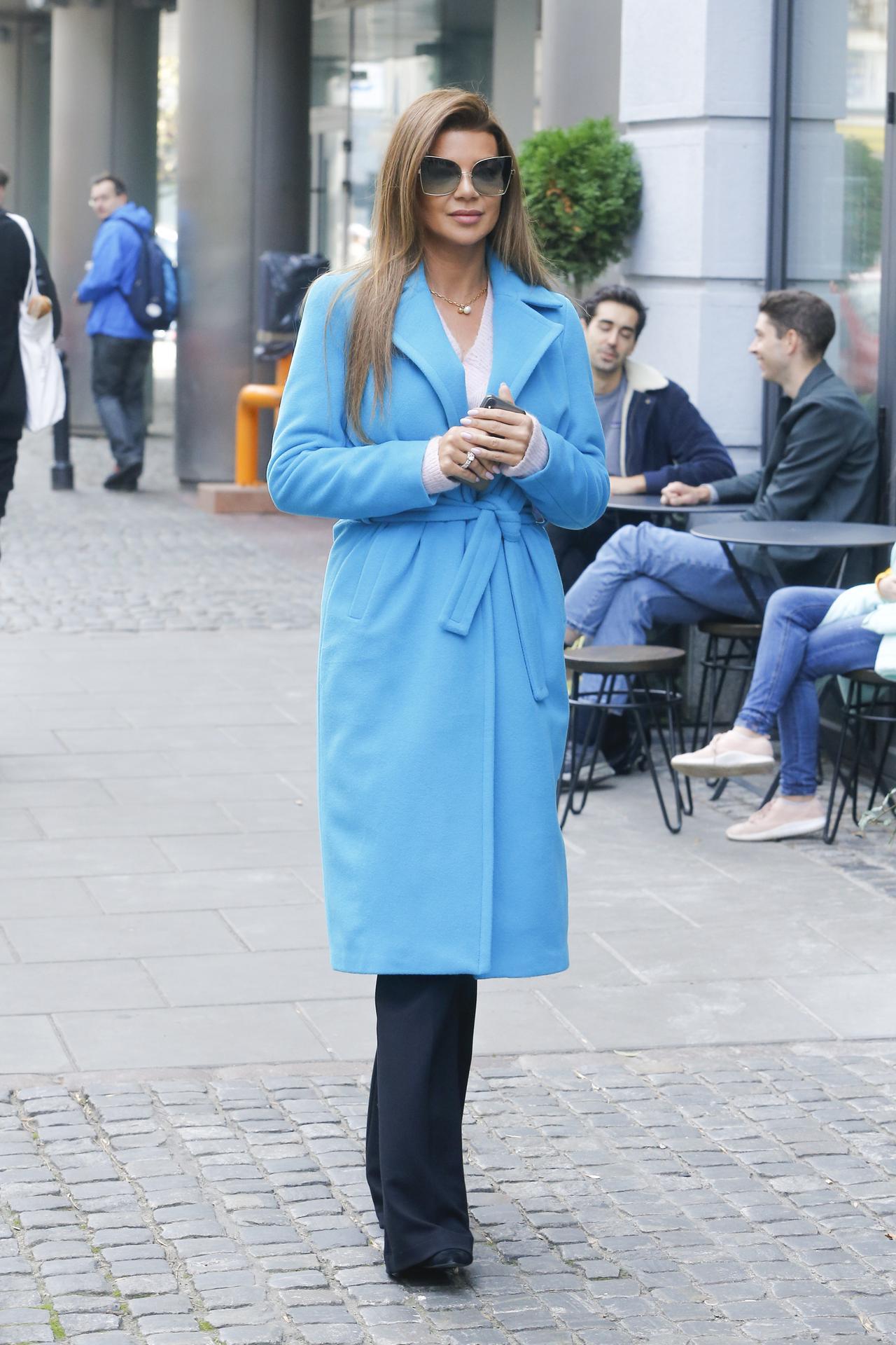 Edyta Górniak w niebieskim płaszczu.