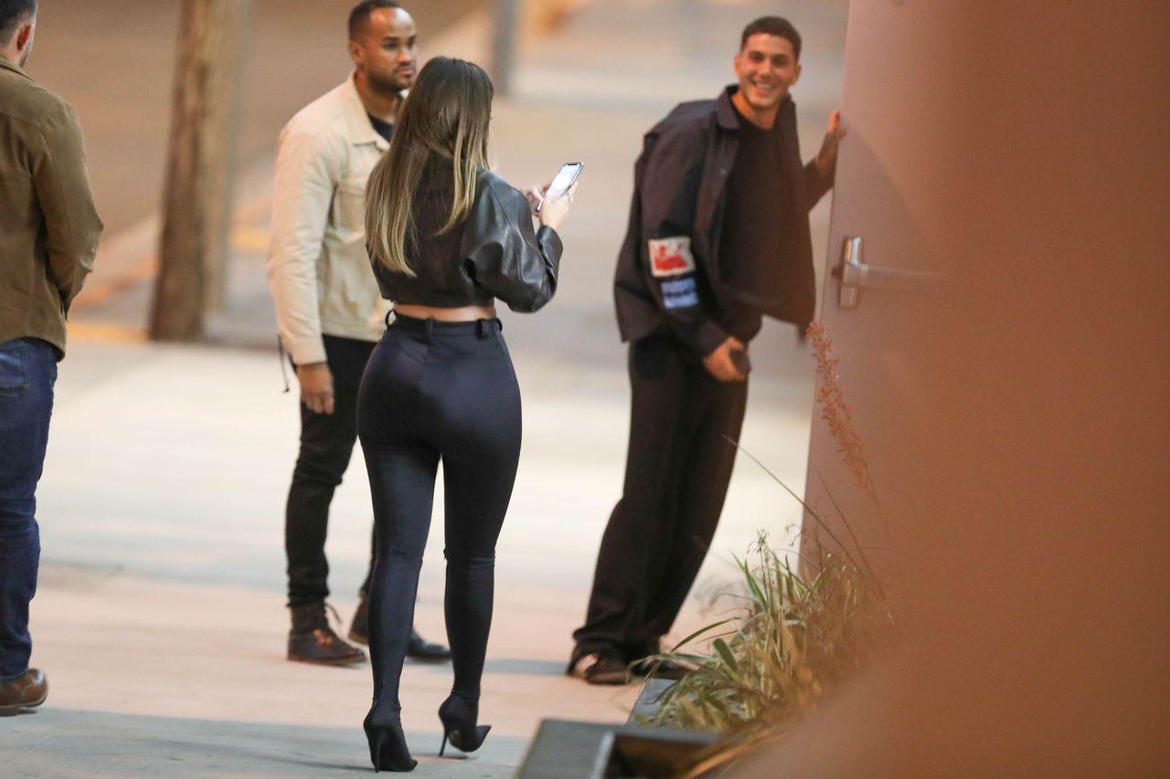 Kylie Jenner z tłustymi włosami i czarnych rajtkach - tak wygląda jej pupa bez photoshopa