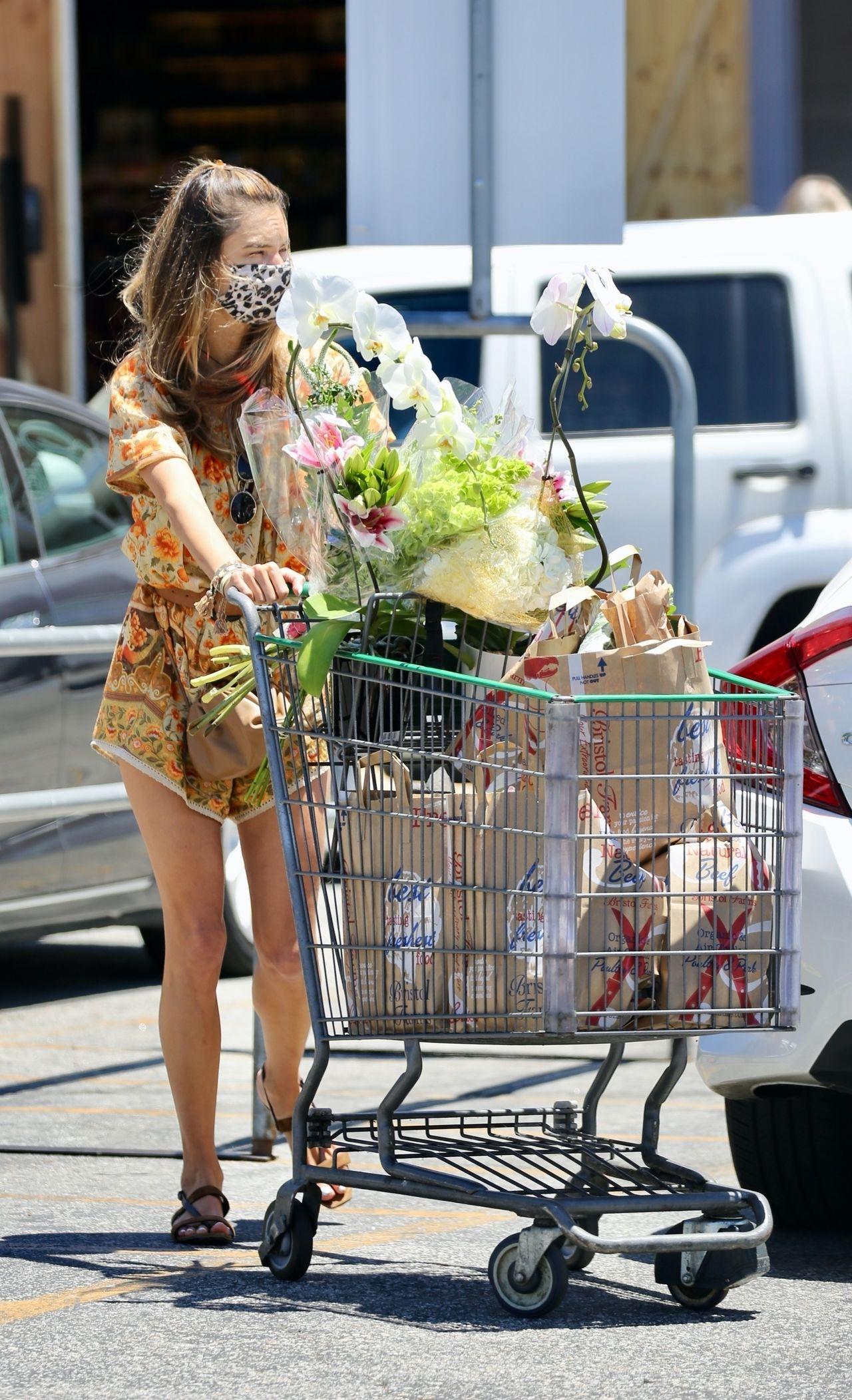 Były aniołek Victoria's Secret, Alessandra Ambrosio, w za dużym kombinezonie