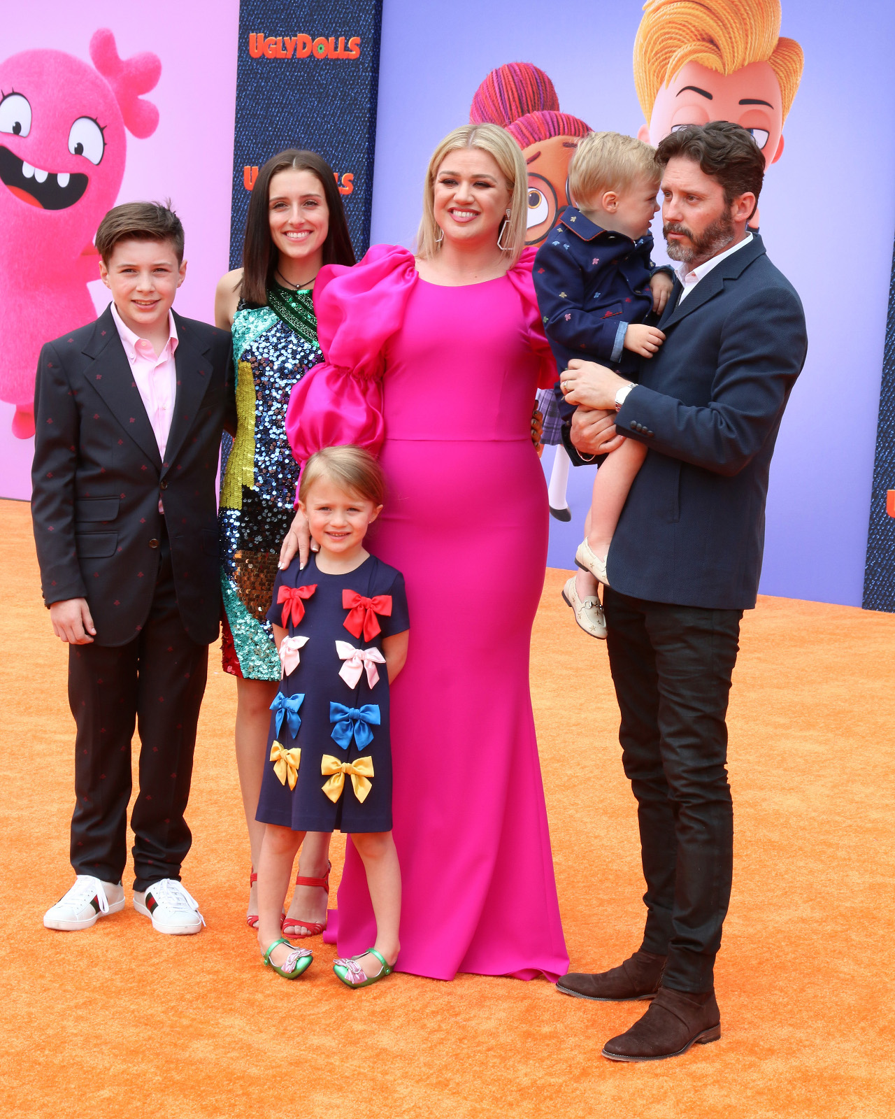 Kelly Clarkson z rodziną na ściance.