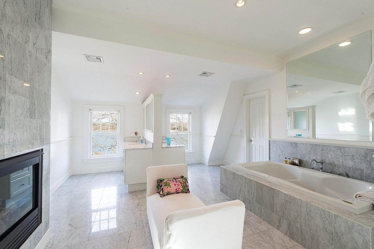 Łazienka w domu, w którym zamieszka Rihanna latem 2020