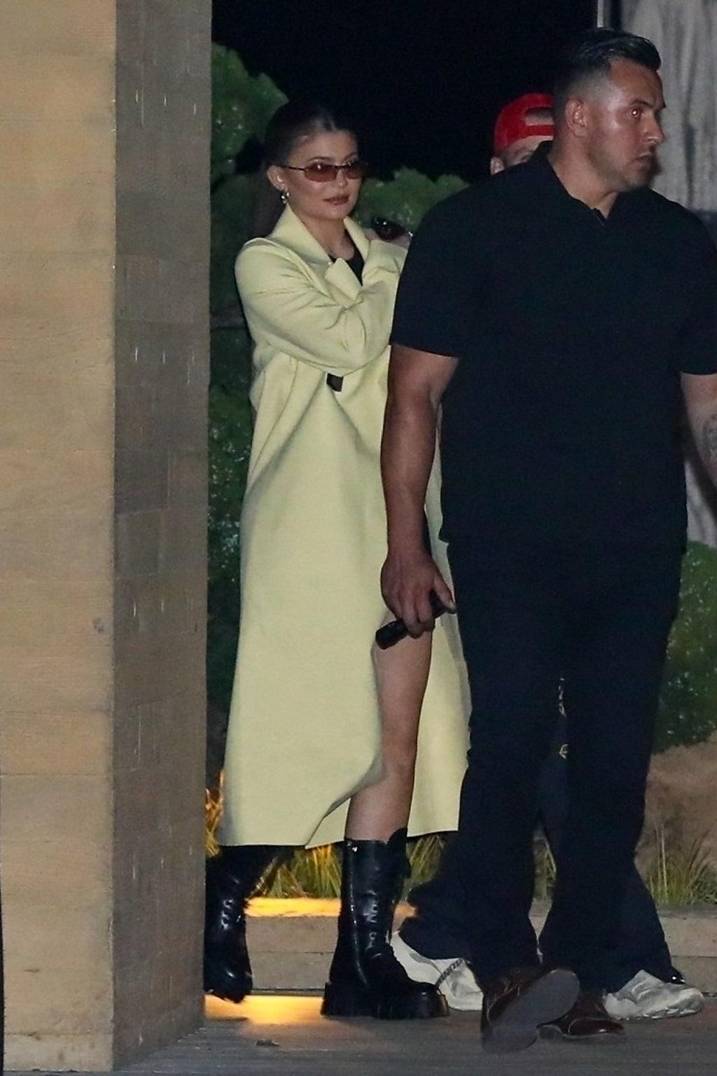 Kylie Jenner w długim płaszczu wychodzi z kolacji z tajemniczym mężczyzną.