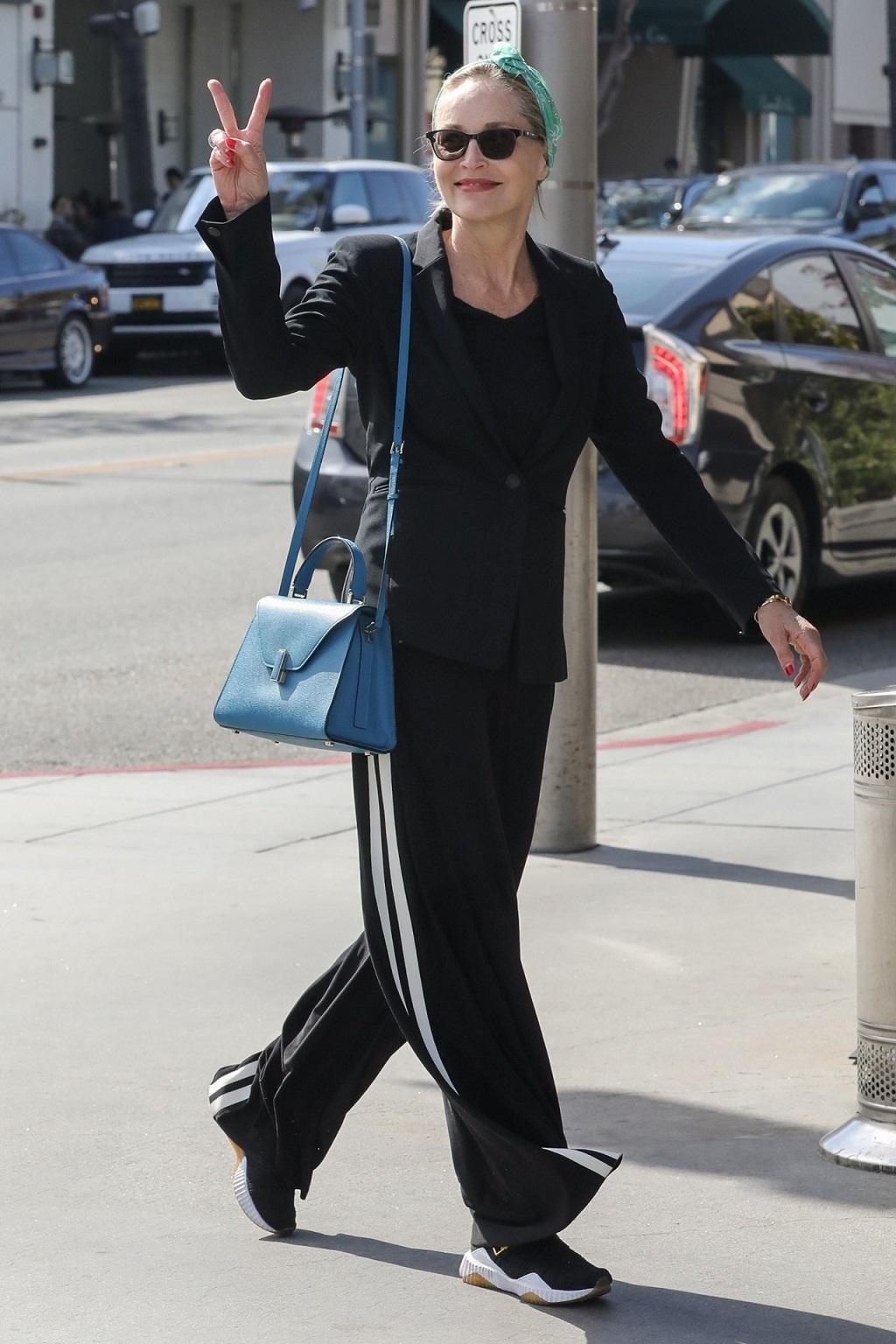 Sharon Stone w luźnym zestawie przyłapana przez fotoreporterów.