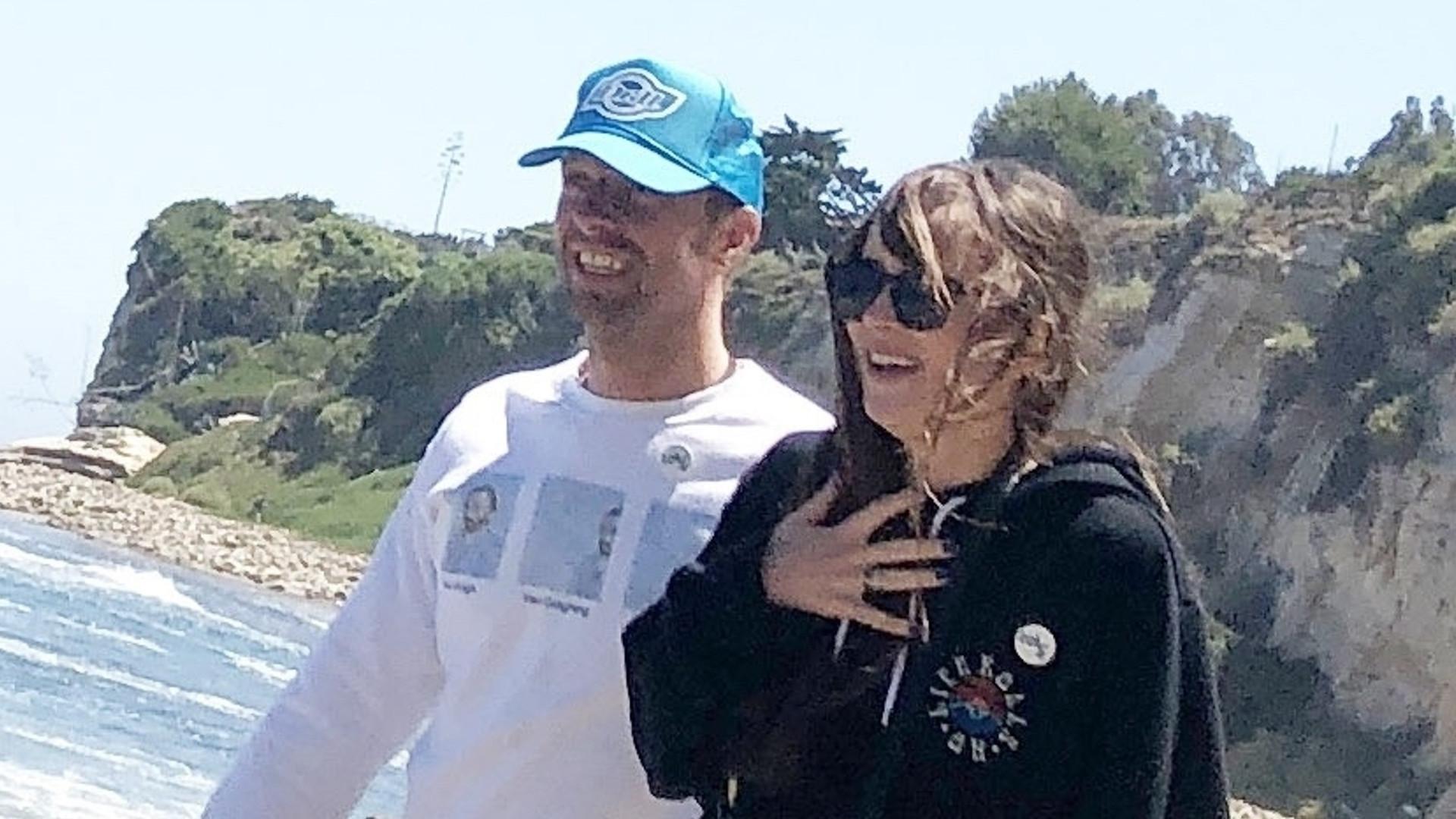 Dakota Johnson i Chris Martin na plaży z dziećmi muzyka (ZDJĘCIA)