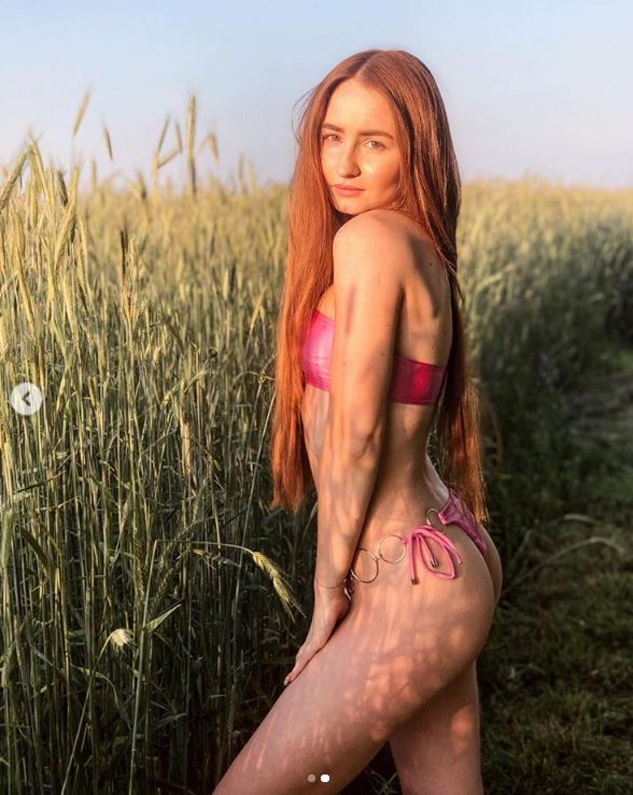Angelika Mucha w stringach i staniku pozuje wśród zboża.