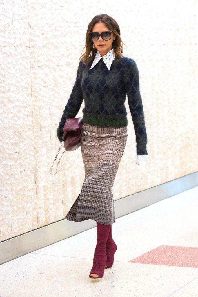 Victoria Beckham w ołówkowej spódnicy w kozakach.