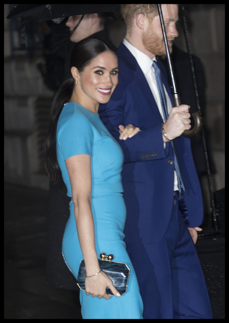 Meghan Markle w niebieskiej sukience na oficjalnym wystąpieniu w Londynie.