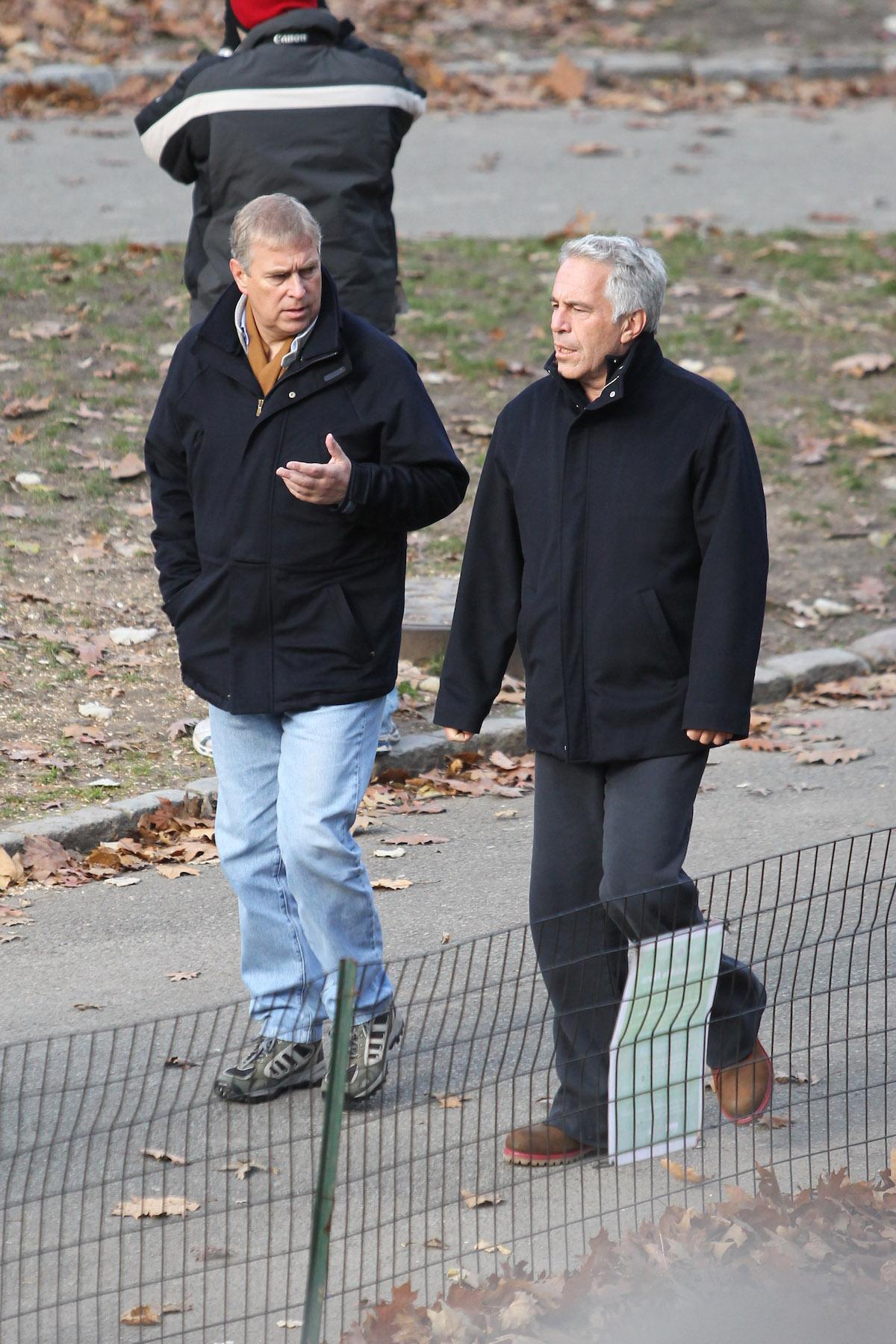 Książe Andrzej na spacerze z przyjacielem pedofilem Jeffrey'em Epsteinem.