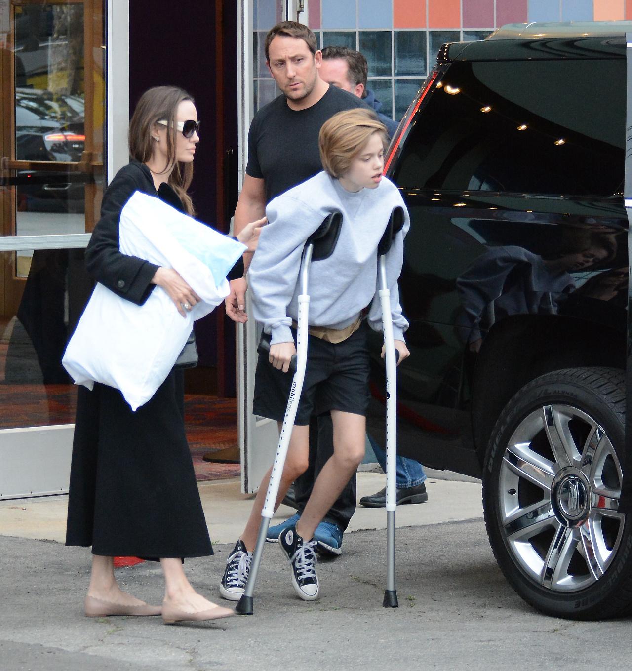 Angelina Jolie przyłapana z 14-letnią córką Shiloh, która porusza się o kulach.