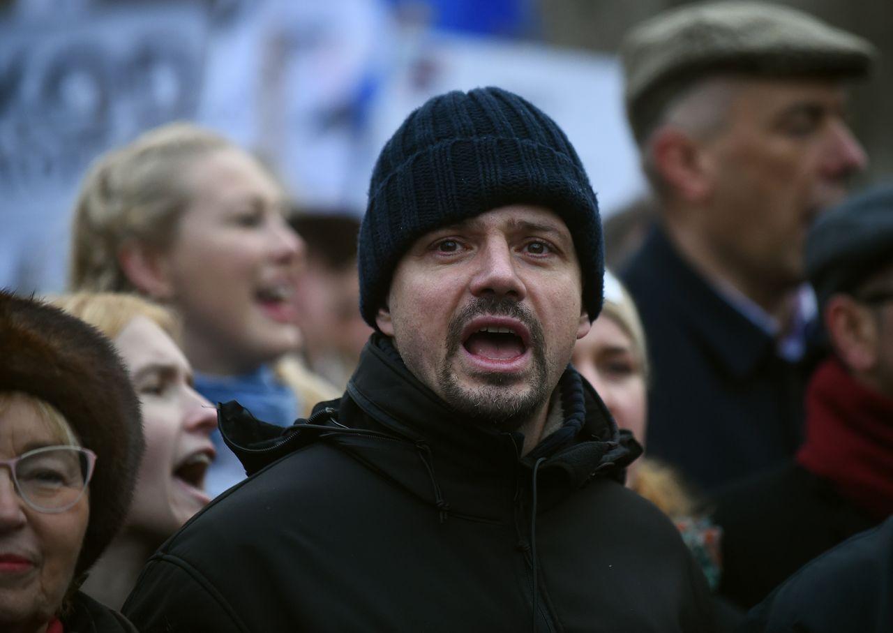 Rafał Trzaskowski w 2015 roku podczas demonstracji zorganizowanej przez Komitet Obrony Demokracji (KOD) przeciw łamaniu konstytucji, prezydentowi Andrzejowi Dudzie oraz rzadom PiS