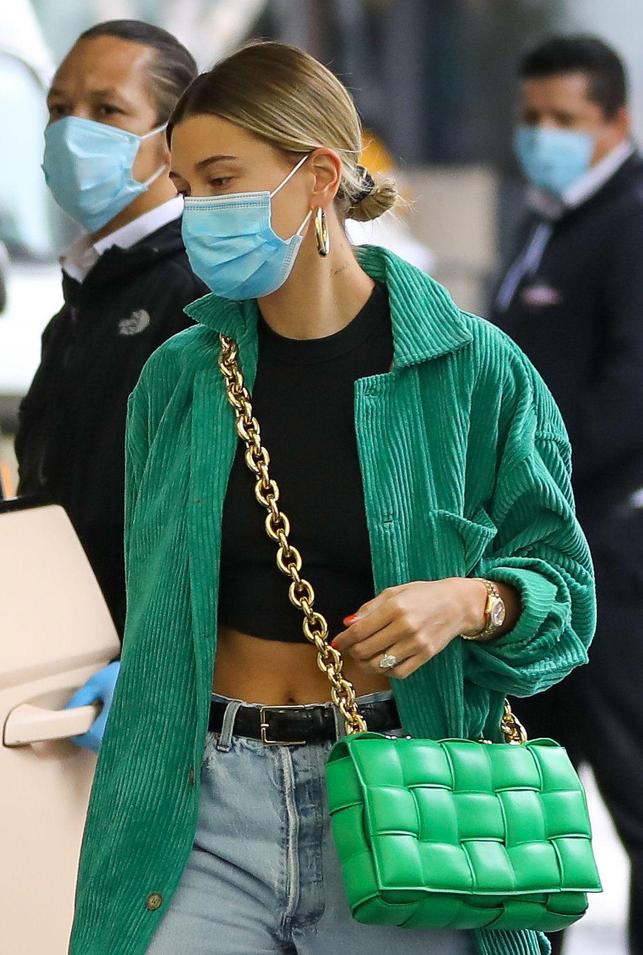 Hailey Bieber z torebką w stylu Anny Lewandowskiej