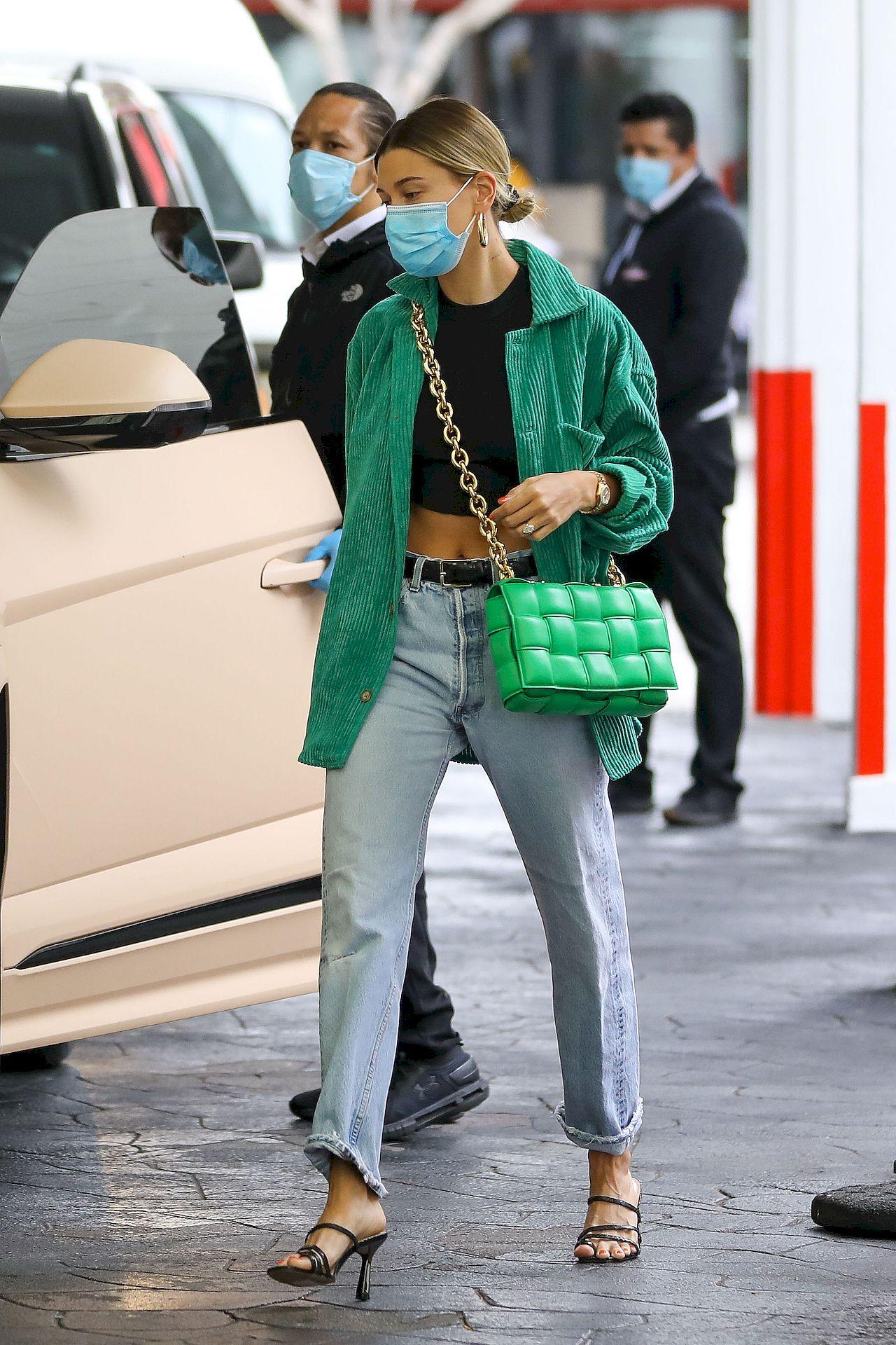 Hailey Bieber w modnej stylizacji